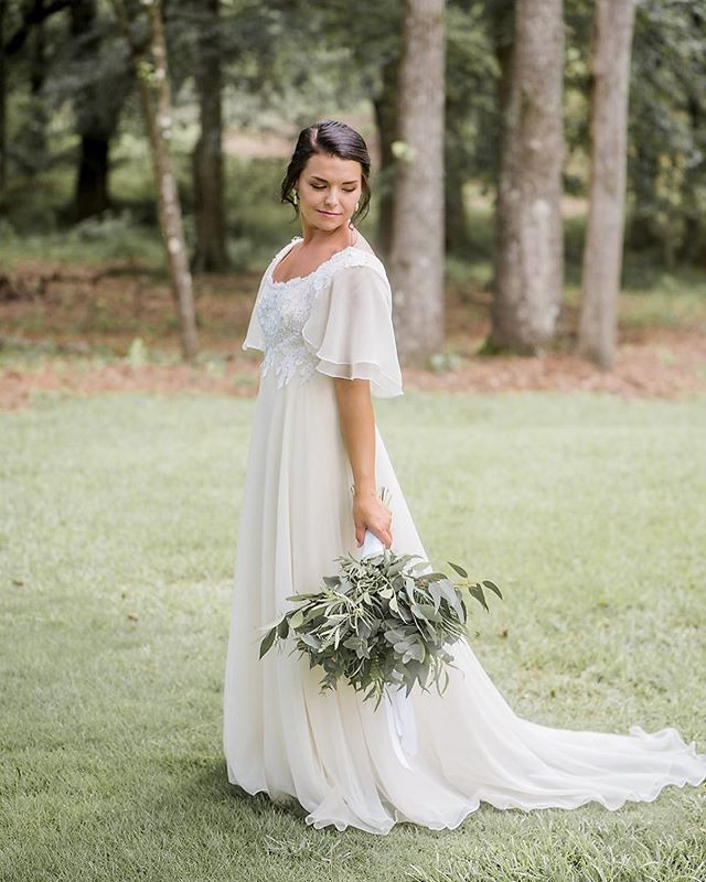 THIS 👏🏻 DRESS 👏🏻 . . . . . #kristingrobertsonphotography #columbusgaweddings #colga #weddingwire #theknot #columbusga #uptowncolumbus #lakepineseventcenter #bride #groom #vintage