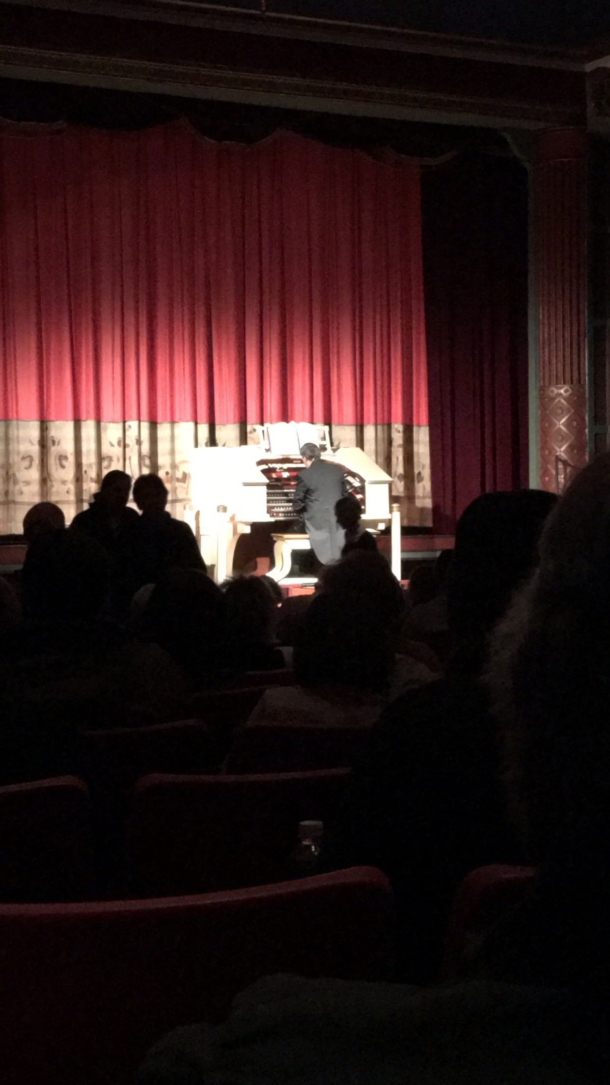 The Wurlitzer playing before the show
