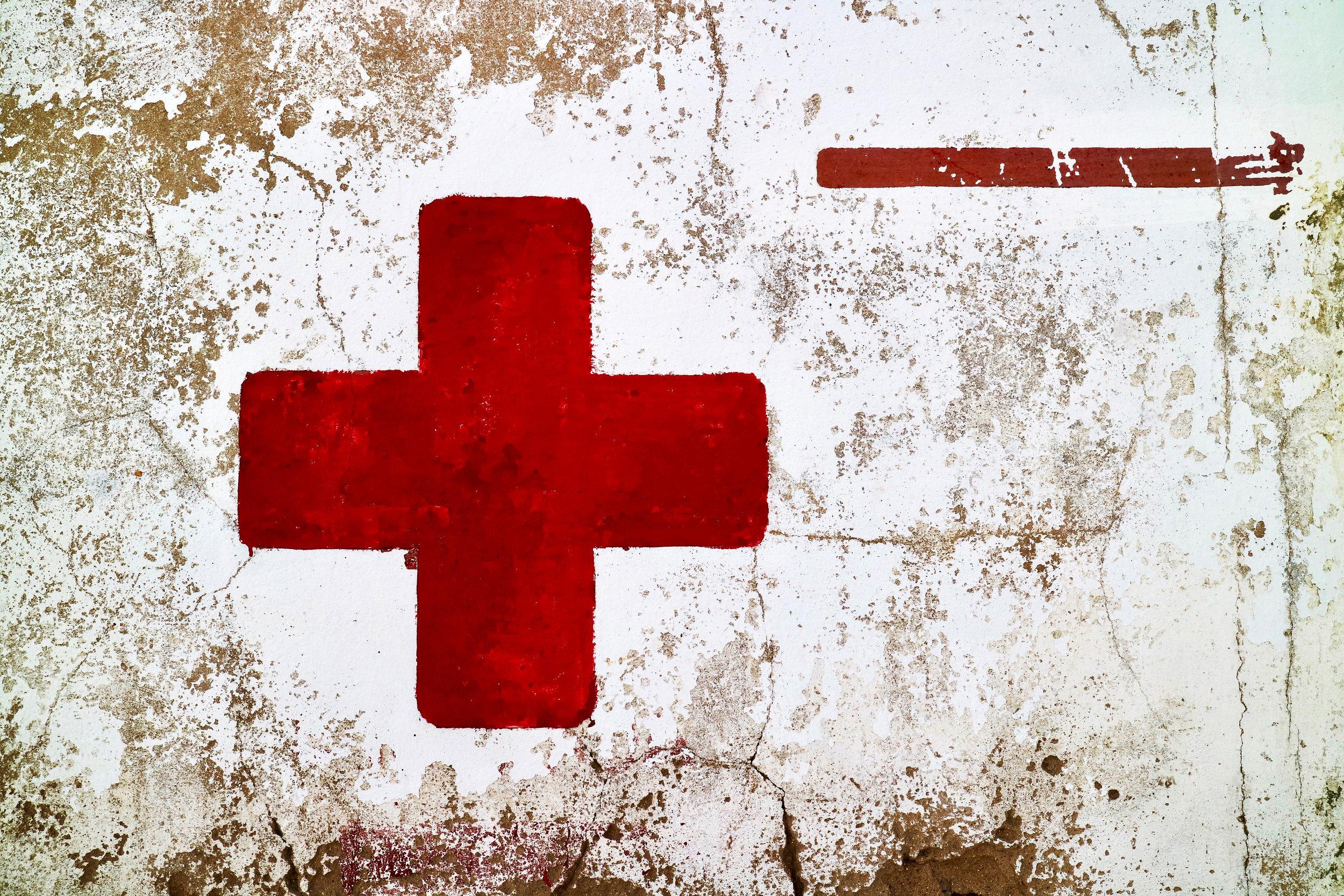 cruz roja sobre pared  sancti petri / andalucía