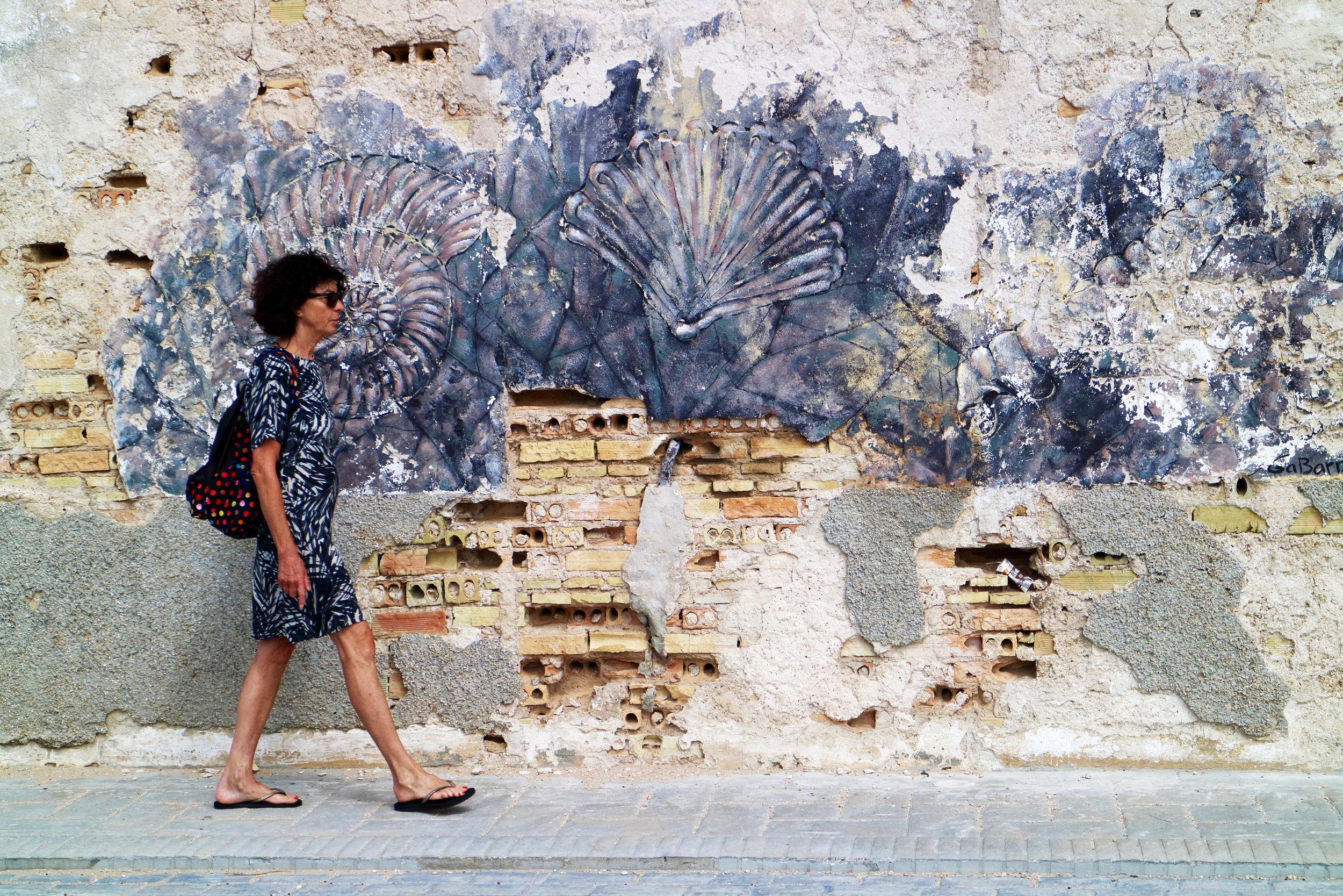 andando por la calle  sancti petri / andalucia