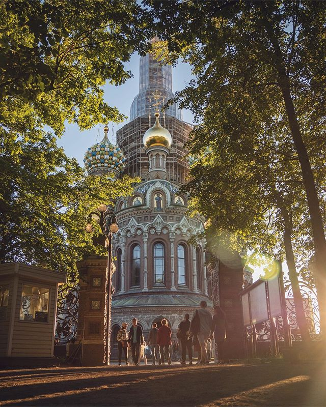 Golden hour in St. Petersburg 💛  Whatever expectations we had about this city were blown away within days of us getting here. Everywhere we look there seems to be a big, beautiful building more impressive than the last and we really couldn't have asked for a better start to our adventures in Russia! . . . #featherandthewind #fromrussiawithlove #traveltuesday #worlderlust #bbctravel #goldenhour #architecture #stpetersburg #traveldeeper #TLpicks #theprettycities #sharetravelpics #beautifuldestinations #followmytravel #russia #lifewelltravelled #letsgetlost #europe_ig