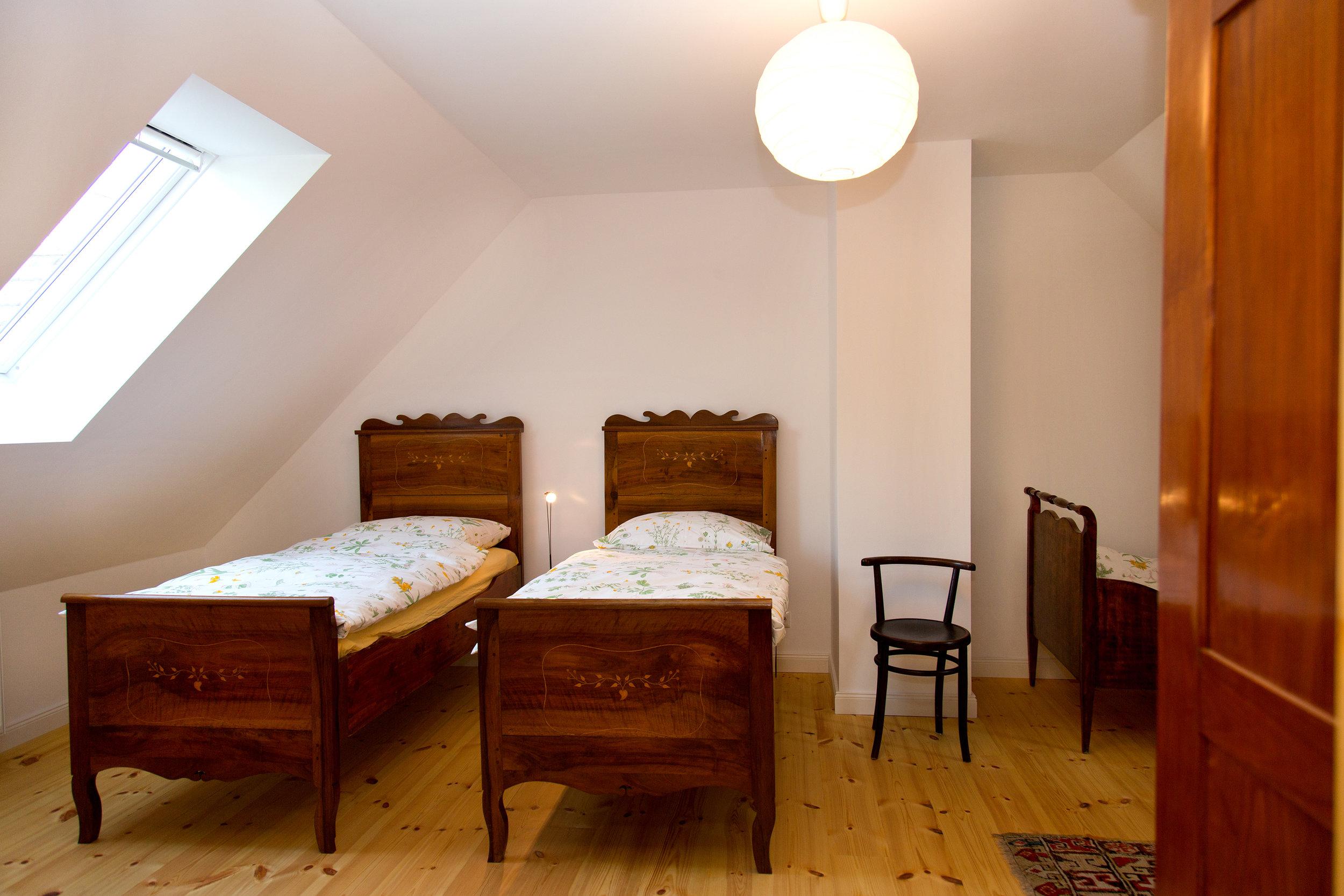 Kinderschlafzi: Betten 2 Mal 100 x 200 und 80 x 180