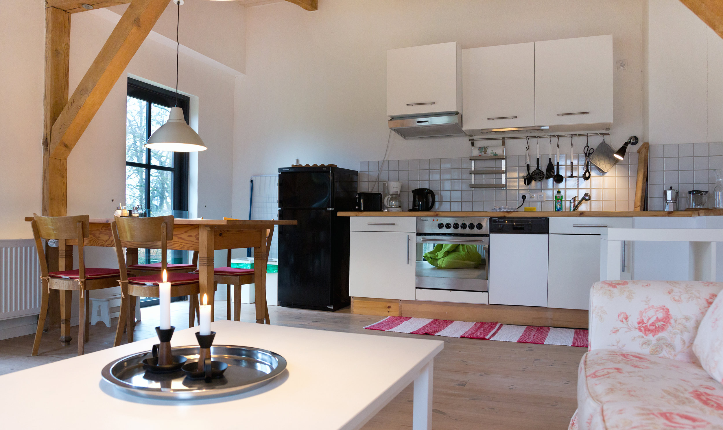 Küchenzeile im großen Wohnraum
