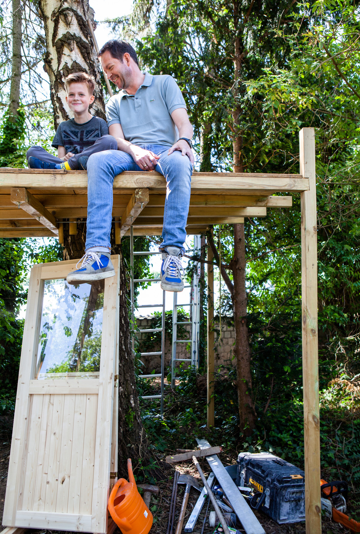 ©TomWoollard_OBI_Cologne-editorial-lifestyle-happy-father-son-sitting-diy-garden-treehouse.jpg