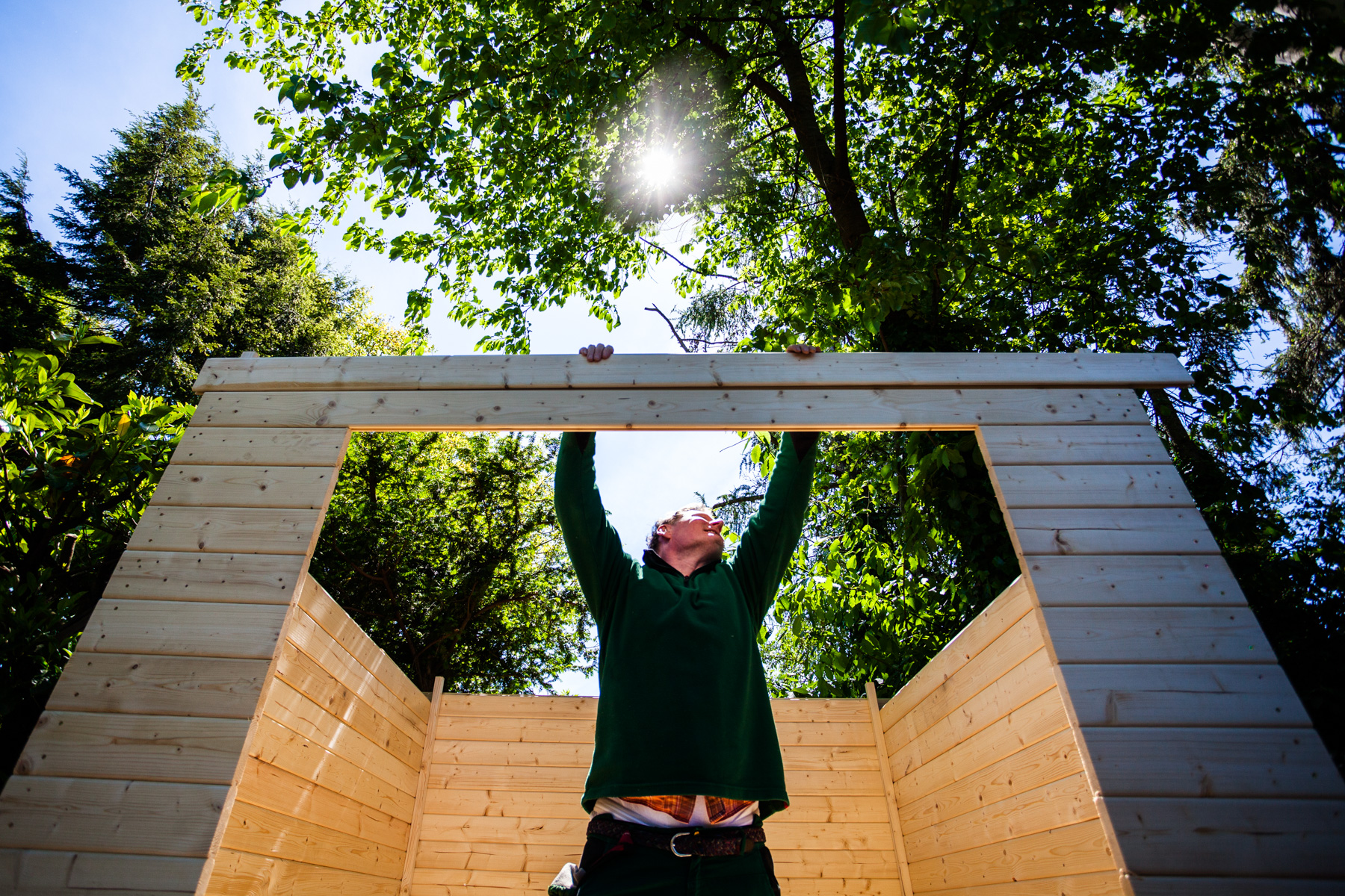 ©TomWoollard_OBI_Cologne-editorial-lifestyle-garden-worker-building-wooden-shed-construction.jpg