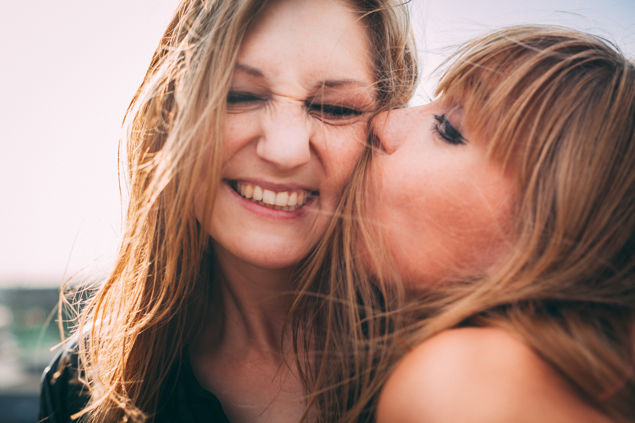 ©TomWoollard_editorial-lifestyle-women-young-beautiful-female-friends-kiss-playfully-in-sunshine.jpg