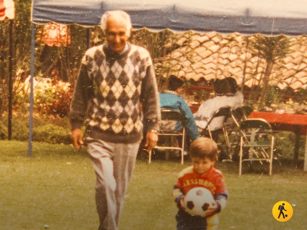 Mi abuelo Horacio enseñándole a mi hermano Jorge sus primeros toques de balón