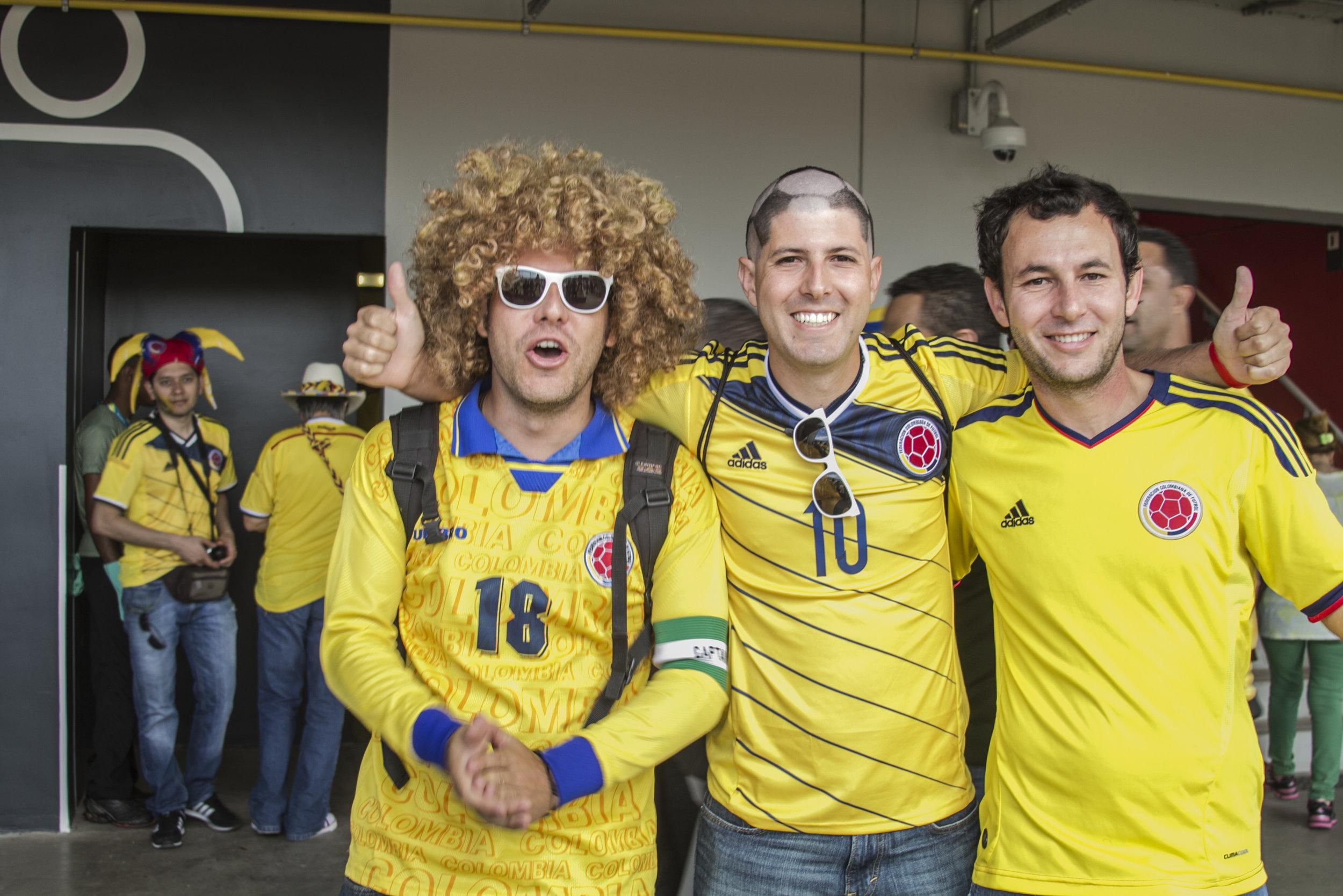 Con mis hermanos Jorge y Felipe, esperando con ansias a que empezara el partido.