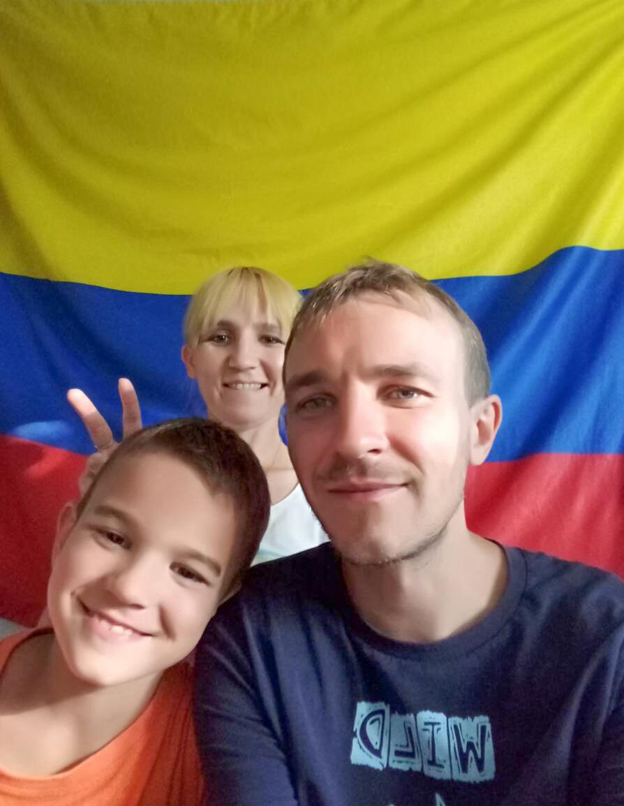 Zhenia en su cuarto junto a sus padres Alex y Natalie.