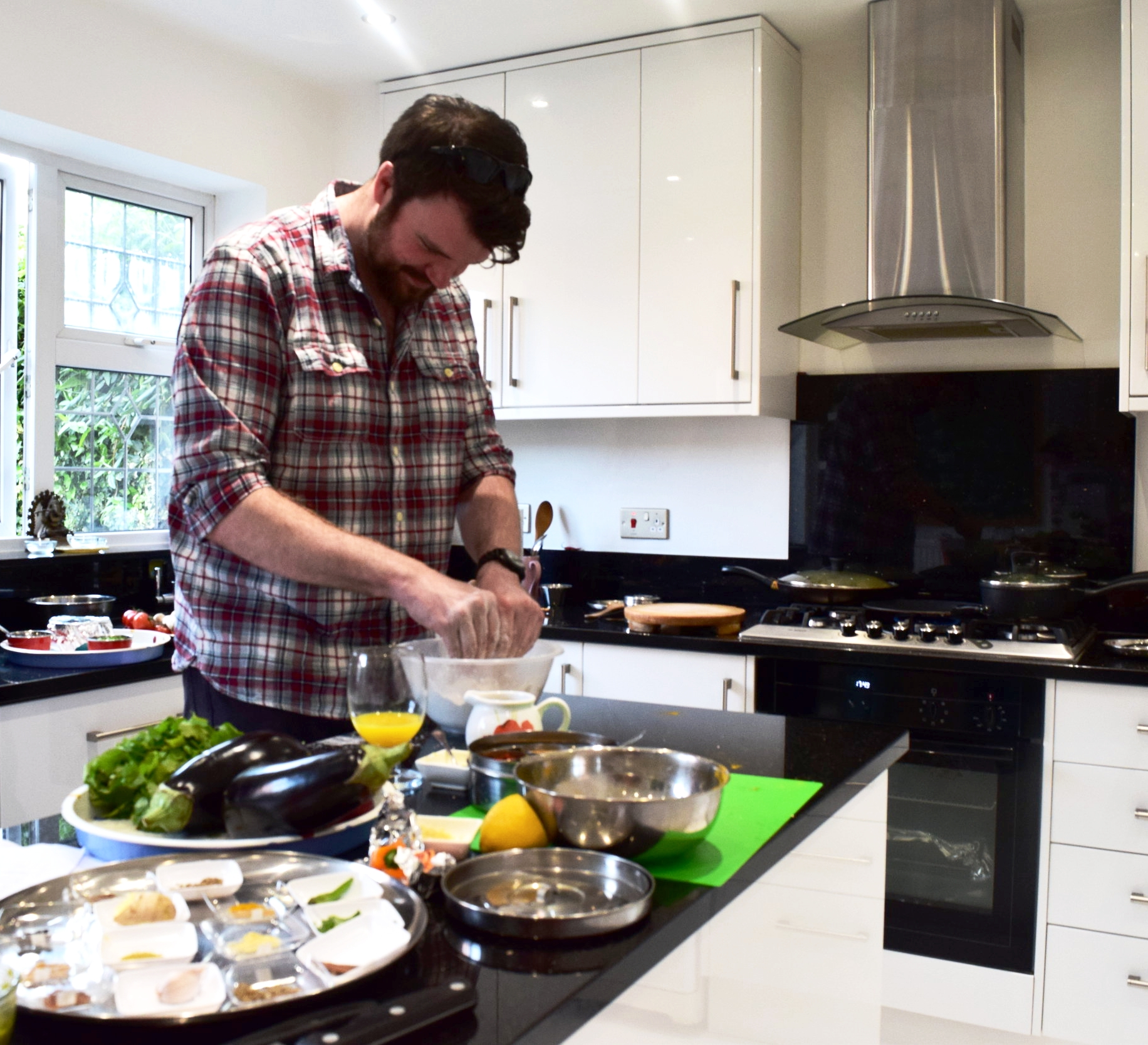 Masterchef 2016 finalist Stuart Archer - Lots of tasty Indian home cookery with @MistryChef tonight, great cook! #sofullicantmove