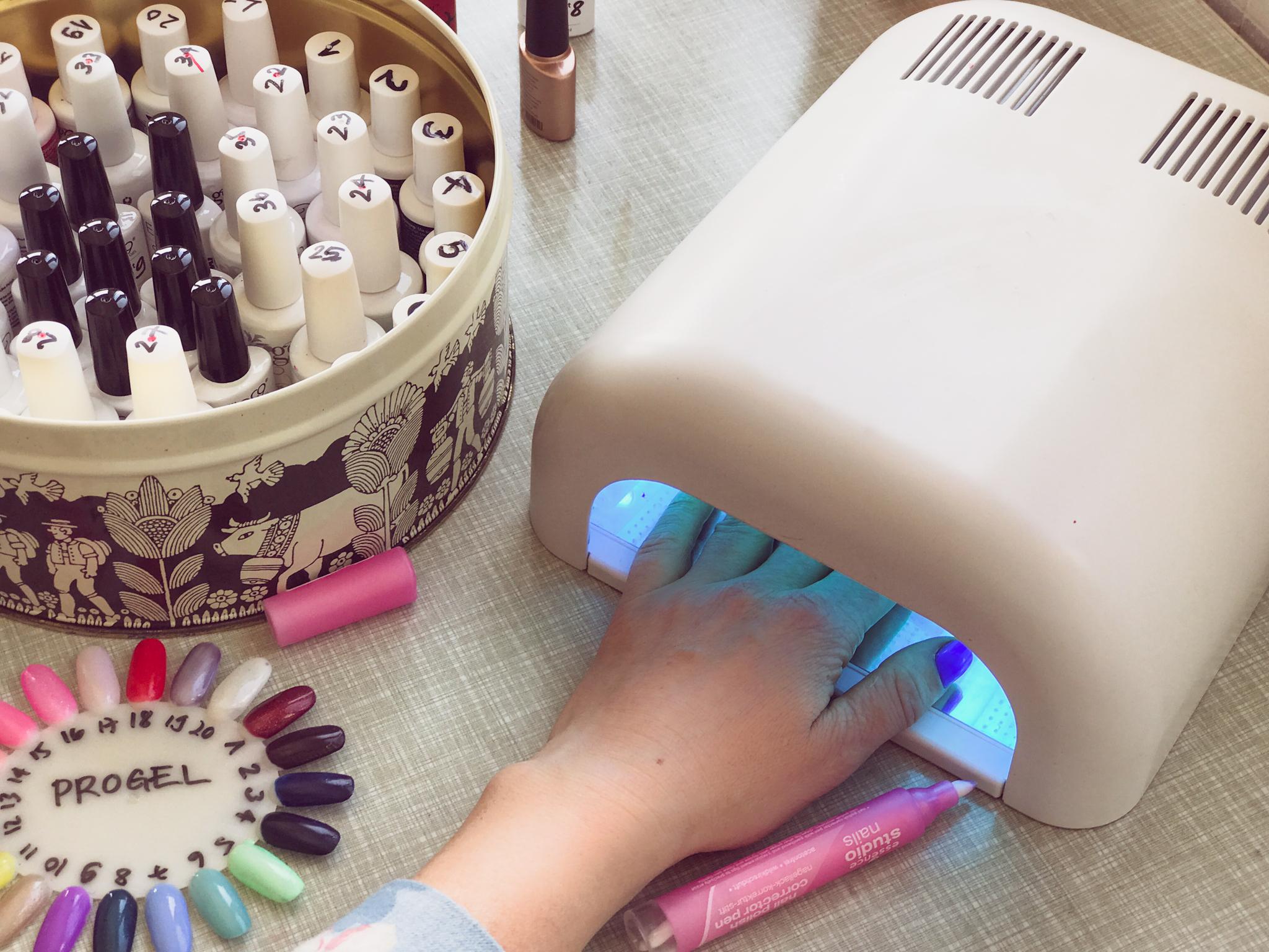 Wenn man selber zupackt, hält normaler Nagellack nicht wirklich lange. Darum Gellack! Dafür ins Nagelstudio? Sicher nöd!