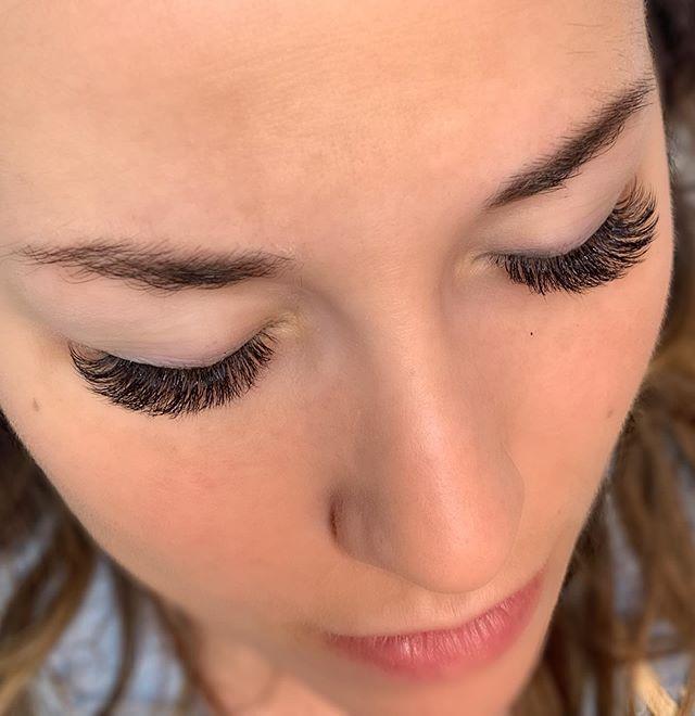 I sure do love this view. Created this gorge shape using @borboletabeauty cc curl in .06 6mm-12mm. Who else loves this look?⠀ ⠀ .⠀ .⠀ .⠀ .⠀ #volumrlashes #nomascara #nomakeup #caitlinhartskinandlash #lashextensions #masterlashartist #borboletabeauty #nomascaraneeded #eyelashextensions #volumelashextensions #borboletainsider #borboletaexclusiveinsider #nashvillelashes #nashvillevolumelashes #nashvillelashartist
