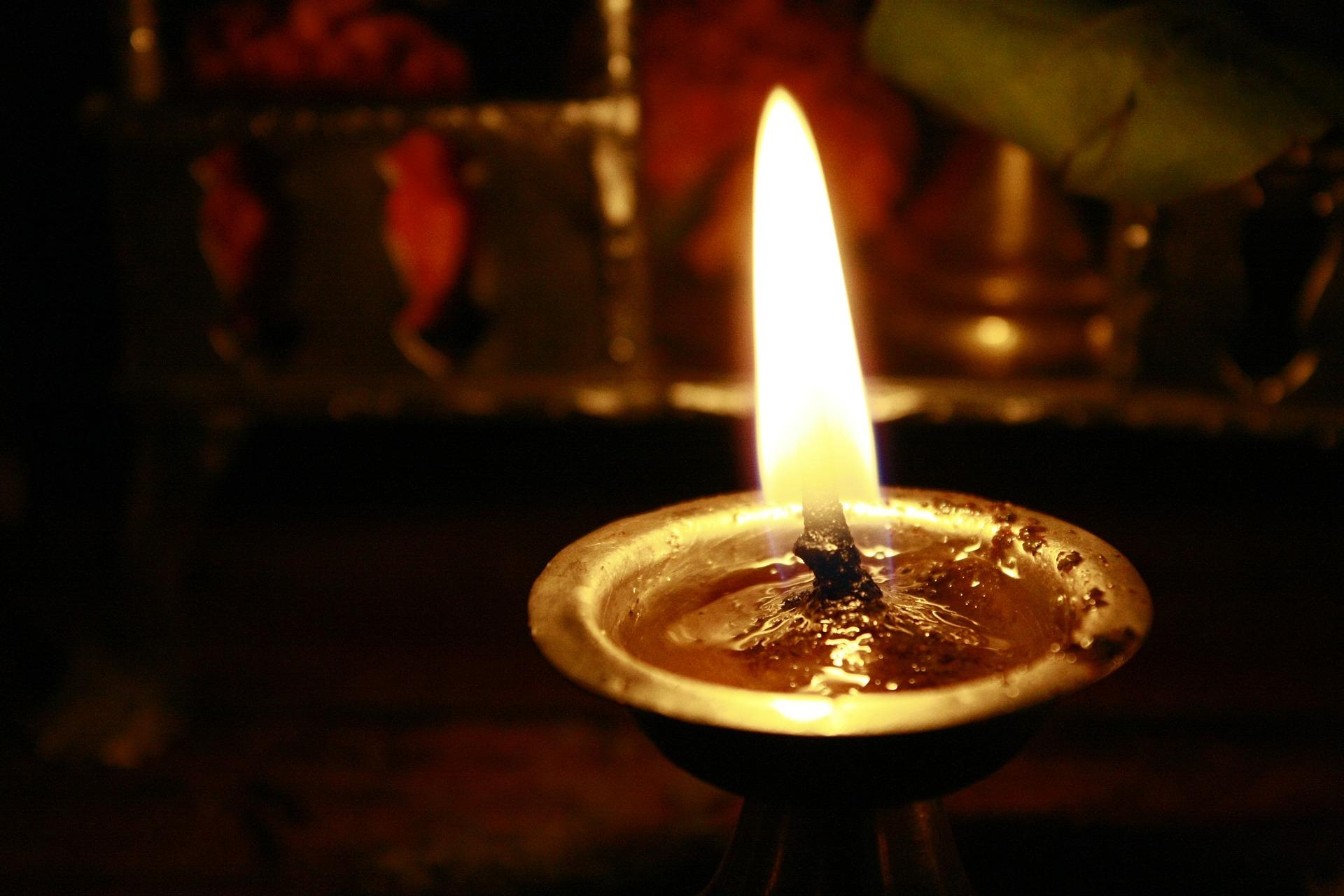 oil-lamp-390580_1920.jpg