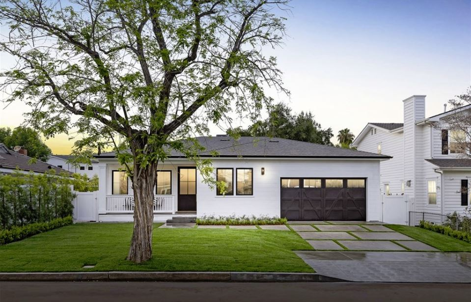 OTSEGO STREET | ENCINO   Flawlessly built new construction 1 story in a great pocket of Encino. Superior elegance with a sprawling feeling throughout. Spacious front yard with lush landscaping. Magnificent grand entrance that brings all the openness to the eyes instantly.