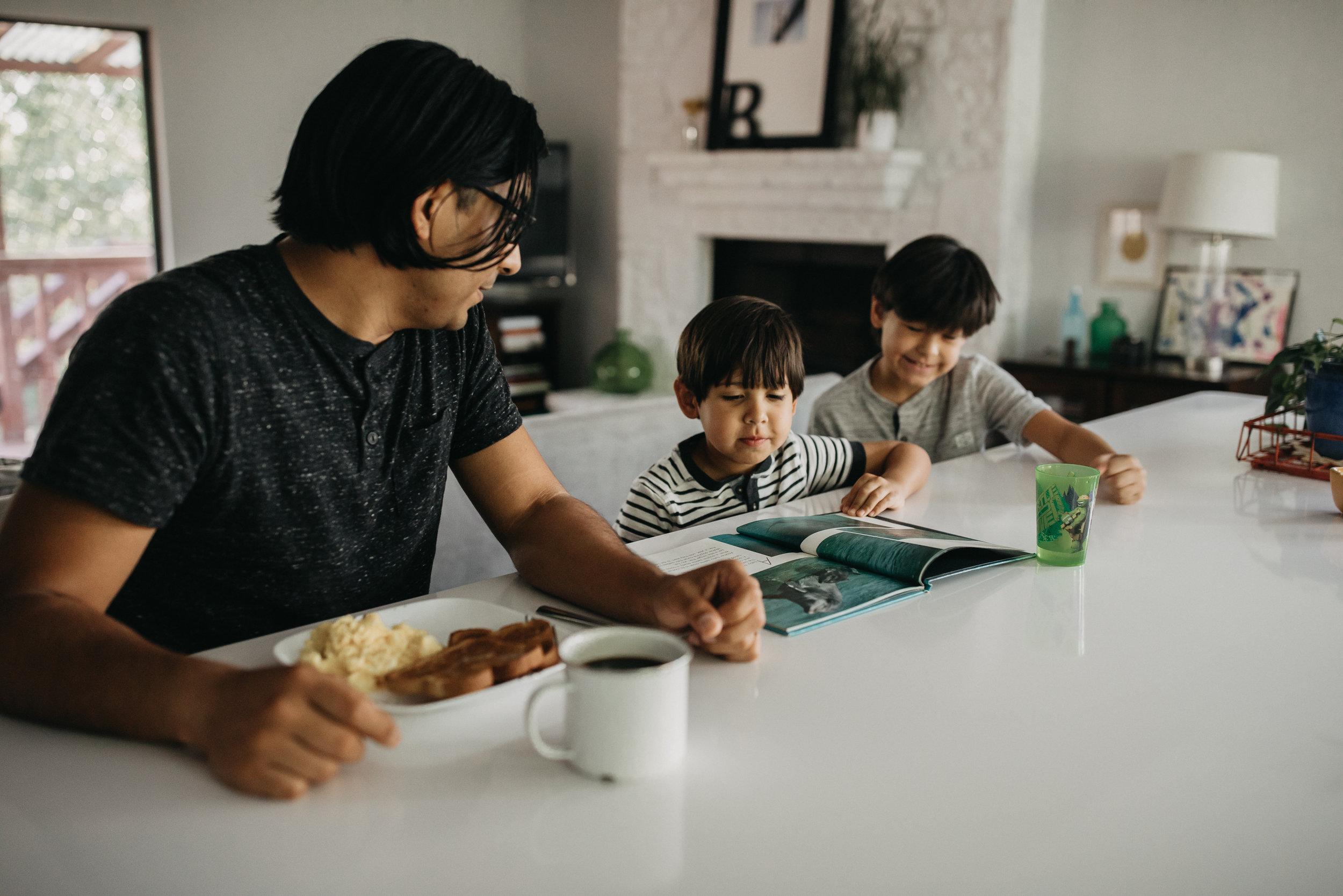 san-antonio-lifestyle-photographer-in-home-session-newborn-session-san-antonio-photographer-cooking-in-kitchen