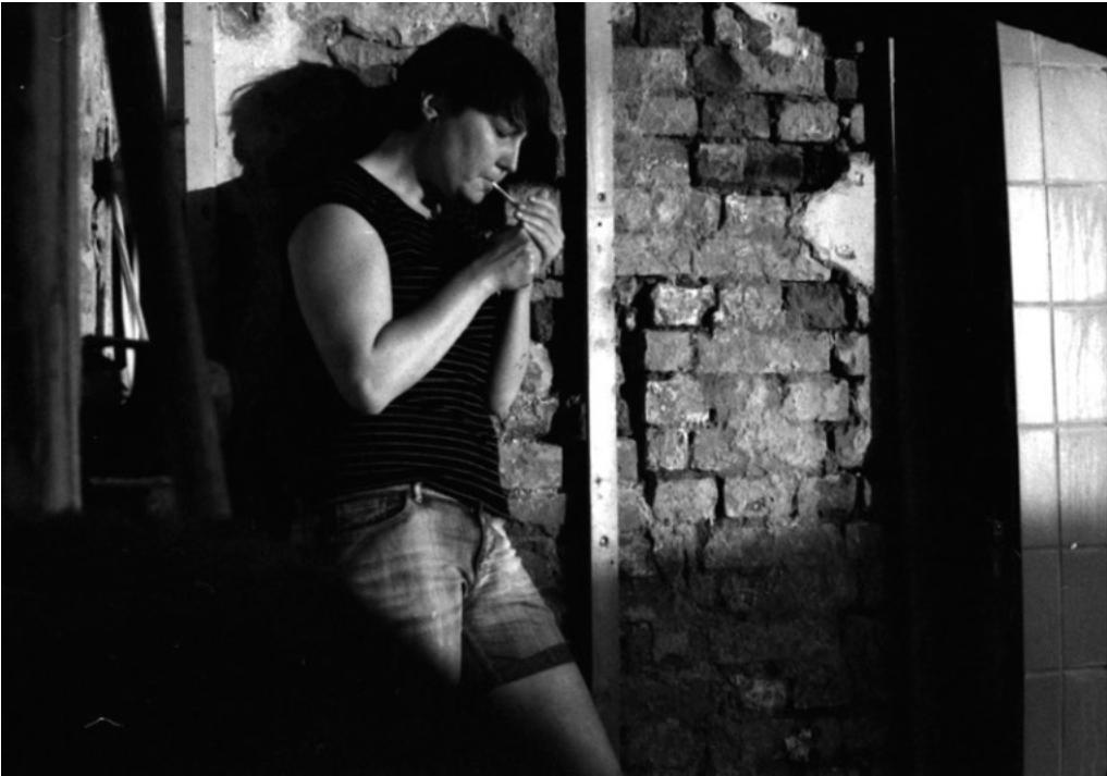 Yvie Ratzmann ist eine freiberufliche Fotografin aus Berlin. Ich kenne sie seit 2010 aus gemeinsamen Projekten in Jena. Yvie fotografiert ihren Alltag und ihr Umfeld meistens analog, sie experimentiert aber auch gerne. Für mich ist es immer eine kleine Ehre, über die Fotos an der Intimität und Nähe ihres Freundeskreises und an ihren Erlebnissen teilhaben zu dürfen.