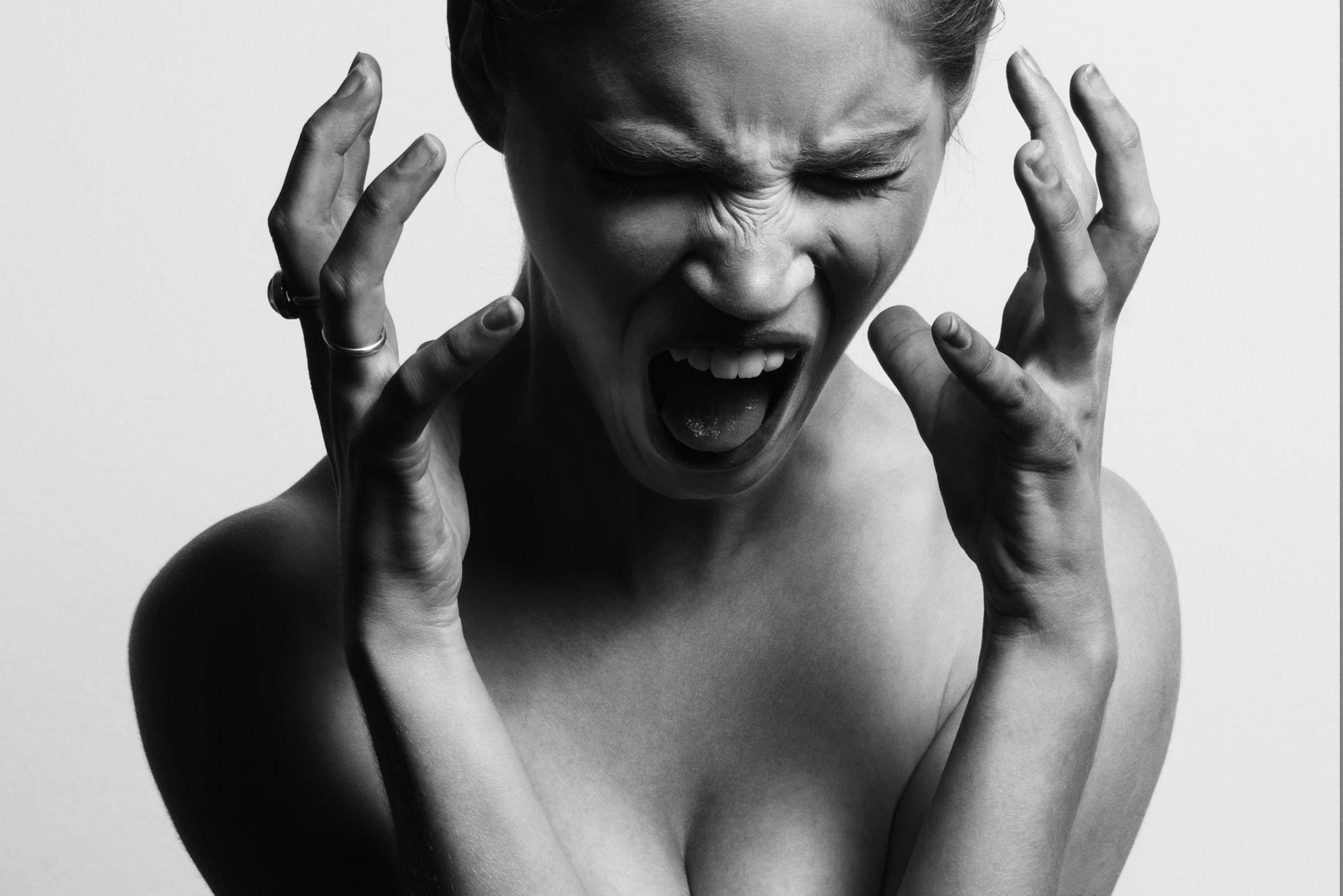 Eine Frau schreit. Gesicht, Oberkörper und Hände sind angespannt. Foto: Gabriel Matula