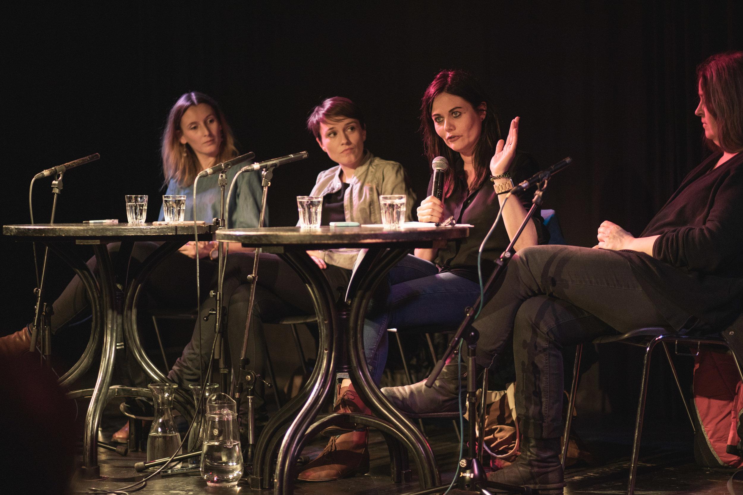 Die Podiumsteilnehmerinnen von links nach rechts: Kathrin Maier, Sigrid Maurer, Jolanda Spiess-Hegglin, Anne Roth Foto: Michael Grössinger