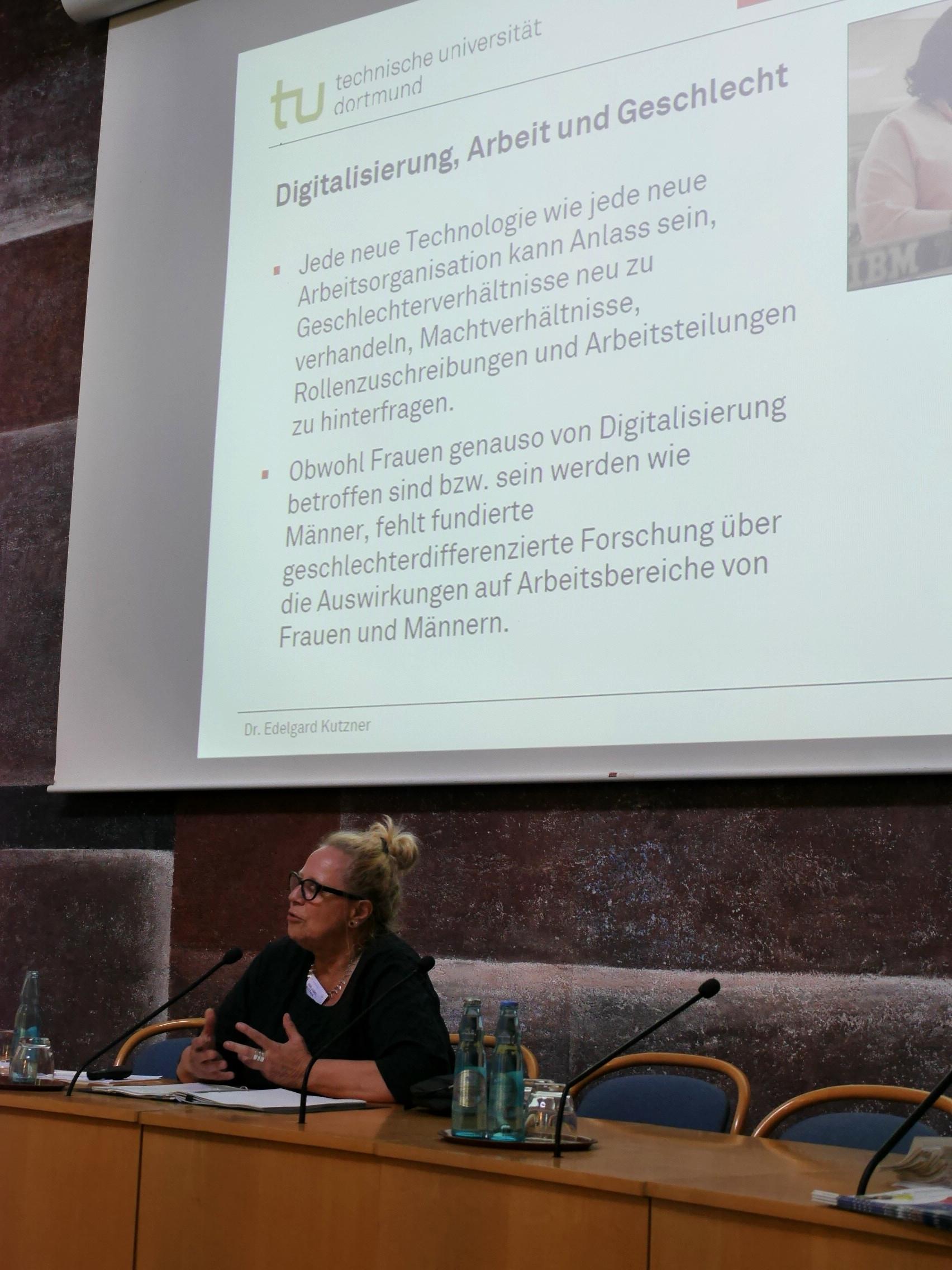 Dr. Edelgard Kutzner während ihres Vortrags.