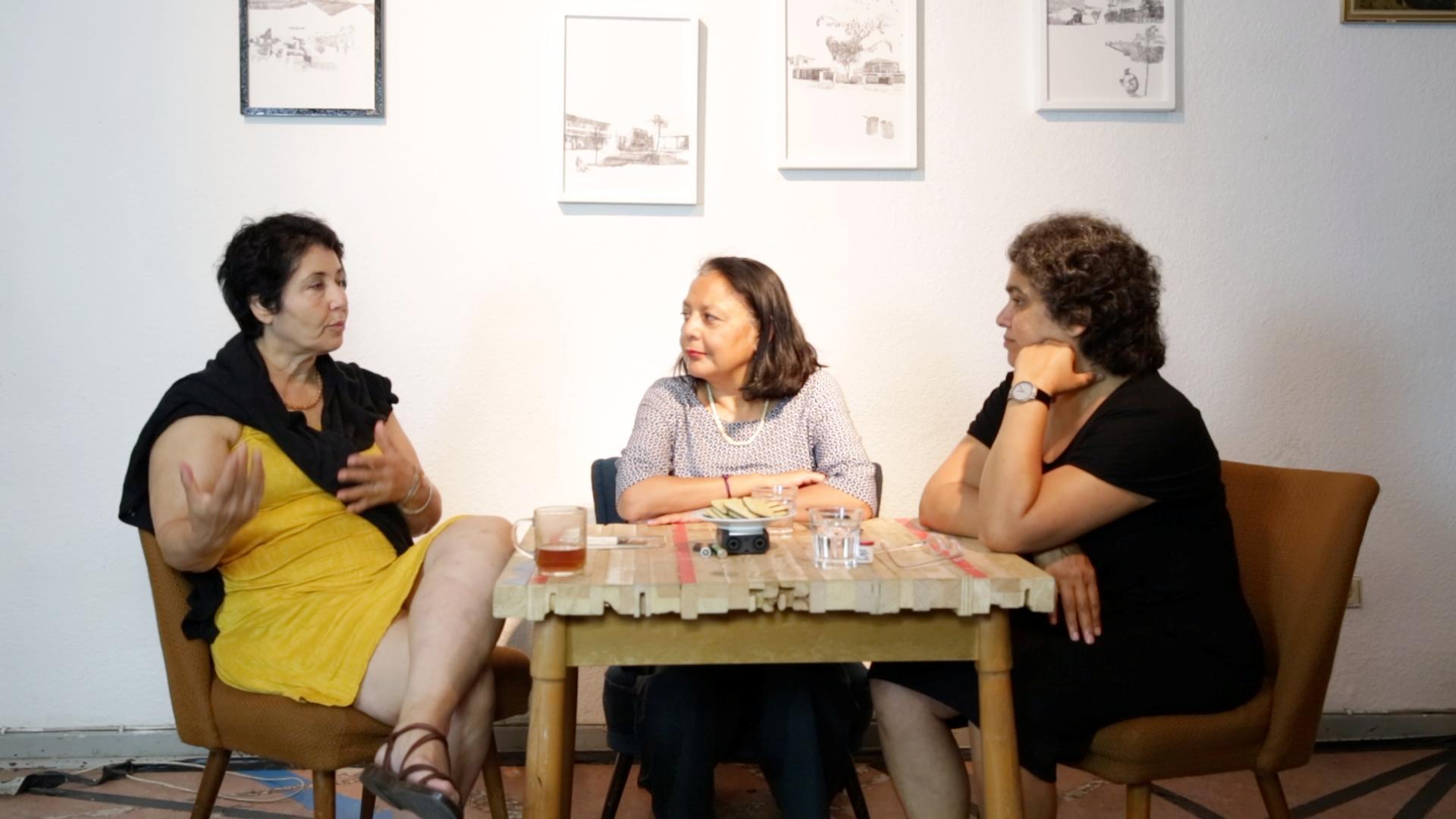 © Diane Izabiliza   Nasrin Bassiri, Lucía Muriel und Nivedita Prasad am Küchentisch