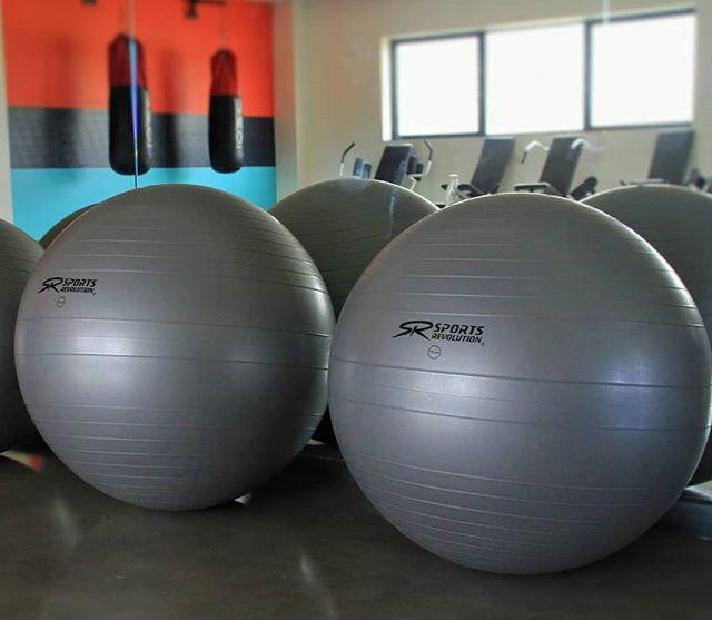 Salut les sportifs ! 🤙  Ta salle t'offre la possibilité d'utiliser des Fitball : Ce ballon de gym très efficace te permet de travailler tes muscles en profondeur 💪🏐 Un indispensable du fitness !  Le matériel est à ta disposition, à toi de jouer 👆💥 #BoostFitness #Fitness #Chelles #Sport #Muscu#Cardio#SummerBody