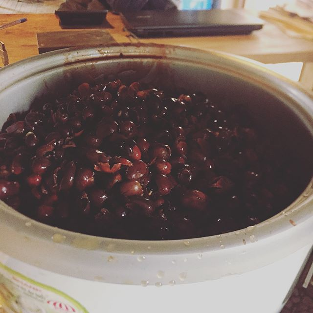 I love learning how to utilize wastes, I've discovered through the many things you can do with coffee cherry skins, that it is sometimes more valuable than coffee. You can make, fertilizer, animal feed, flour, soap, and today I'm learning how to make jam! It is seriously so so stinking delicious. #nowaste #saveeverything #sustainable