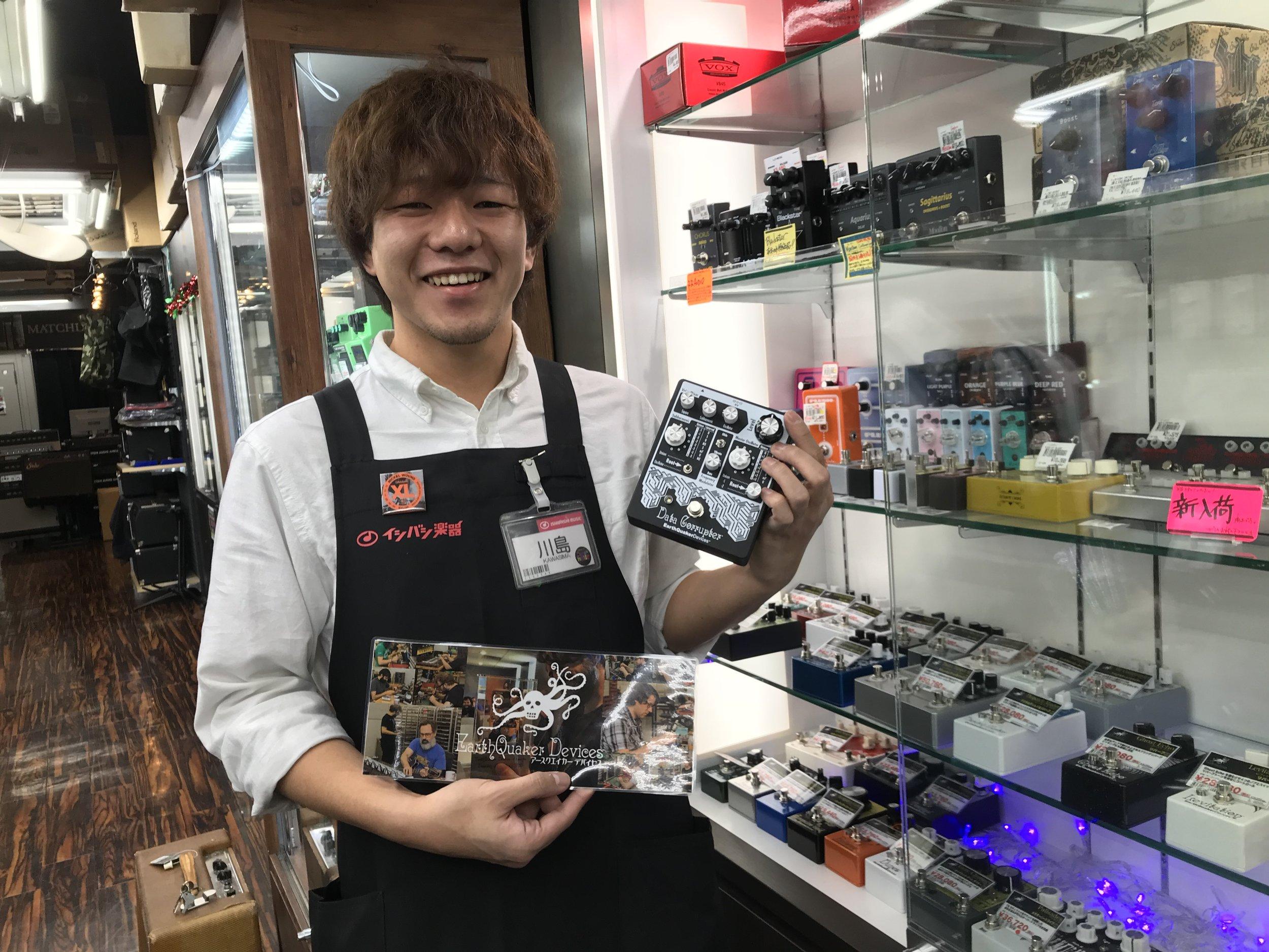 イシバシ楽器新宿店。彼はデータコラプター持ってるだけで笑っちゃってマス!