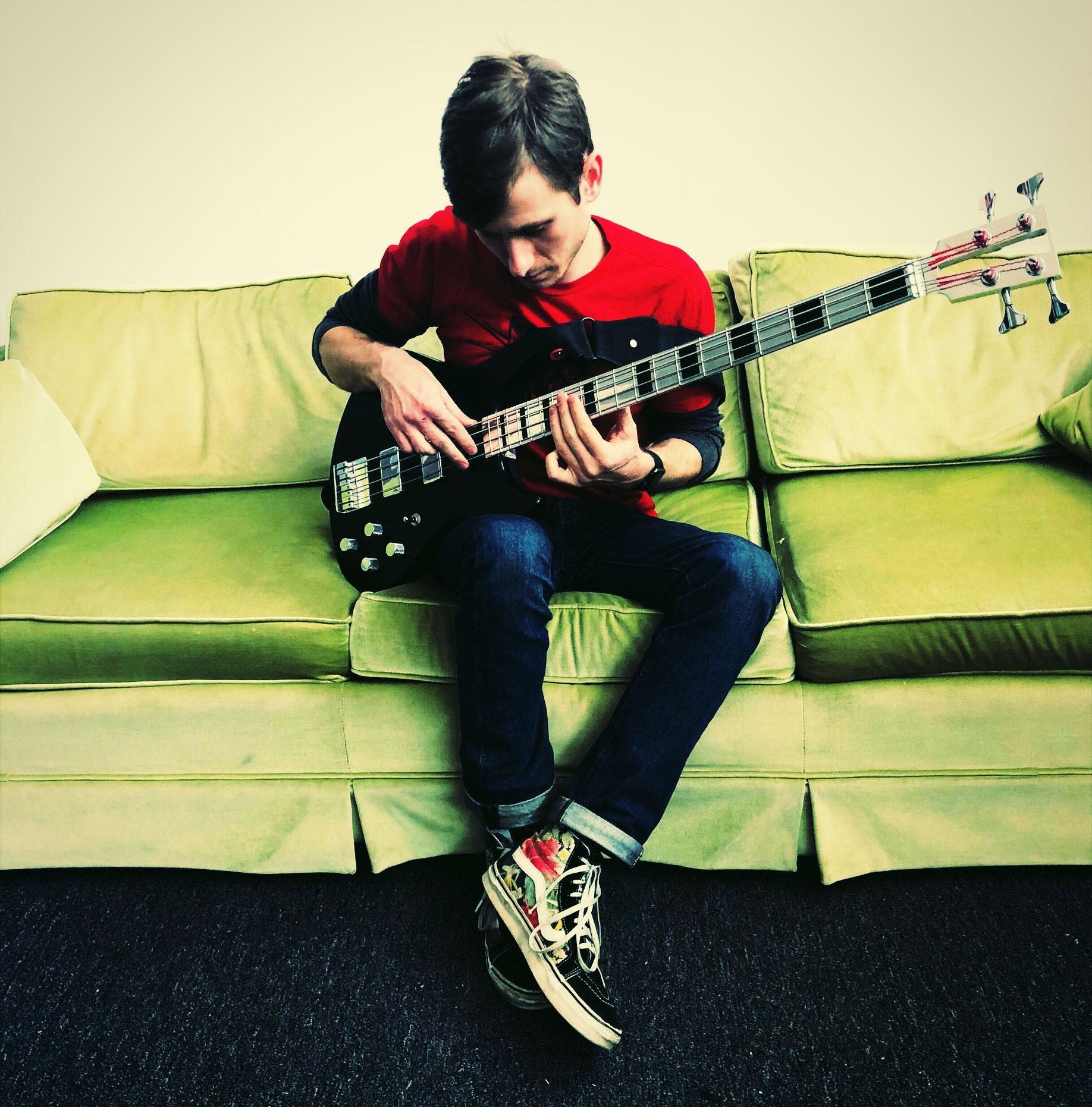 彼の大のお気に入り、Electric guitar CompanyのSeries One Bass