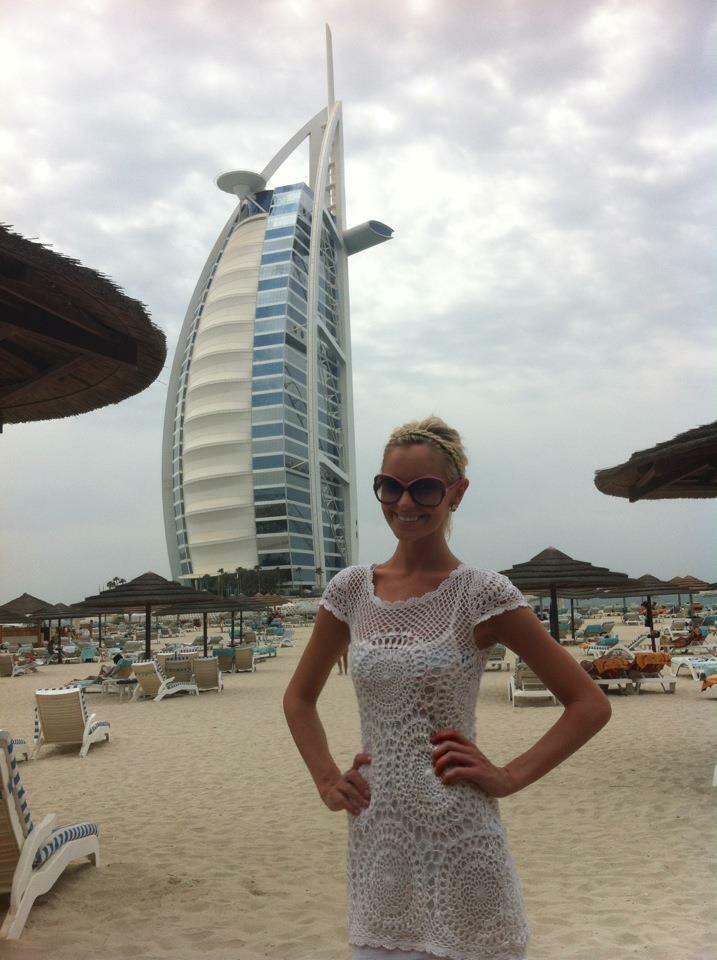 Travel Blogger Katy Johnson at the beach in Barcelona.