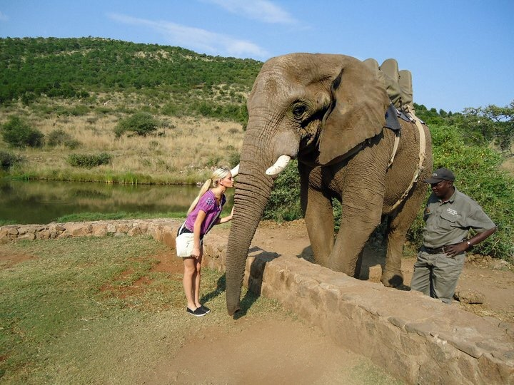 Travel Blogger Katy Johnson kissing a cutie.