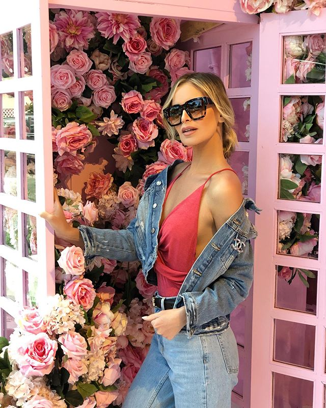 What a nice day it is, perfect weather to visit the insanely gorgeous @prettylittlething showroom in LA! If you're a girl, you can't not be obsessed with this place! Got some great pieces today! Thank you @prettylittlething I love your stuff! 💕✨🌷🎀 #prettylittlething #melrose #LA #influencer #pink
