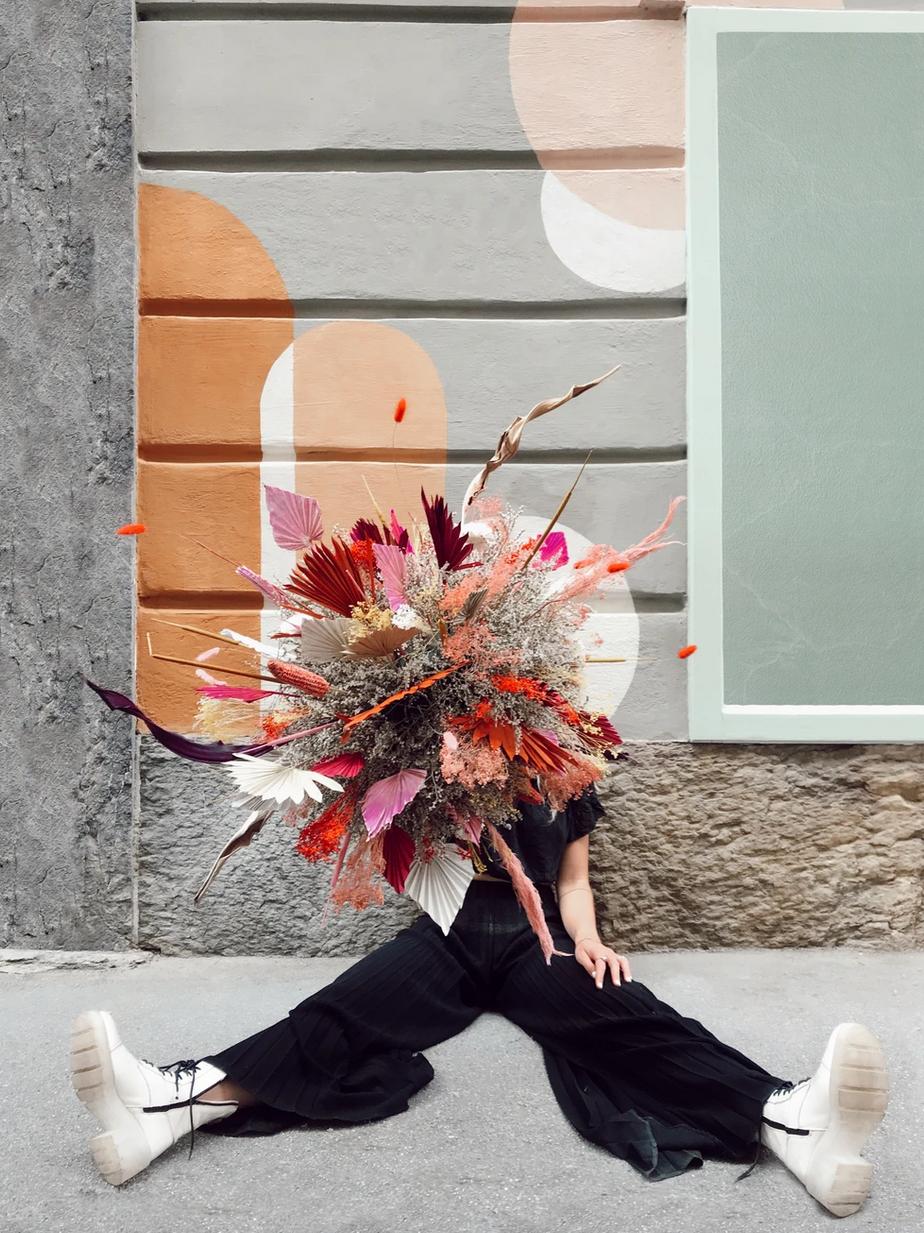 womanholdingflowers.png