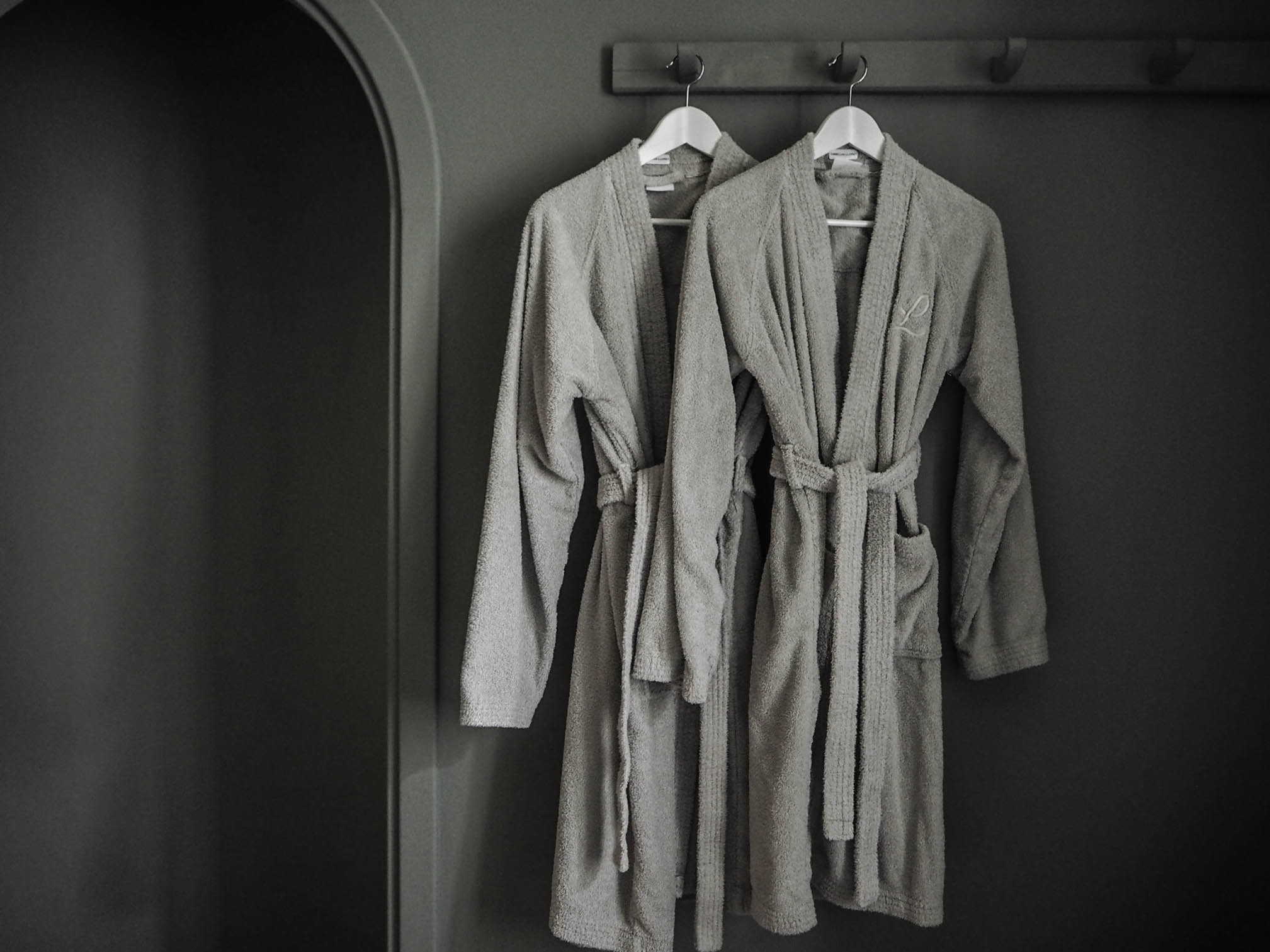 camellas-lloret-maison-d'hotes-room2-robes.jpg
