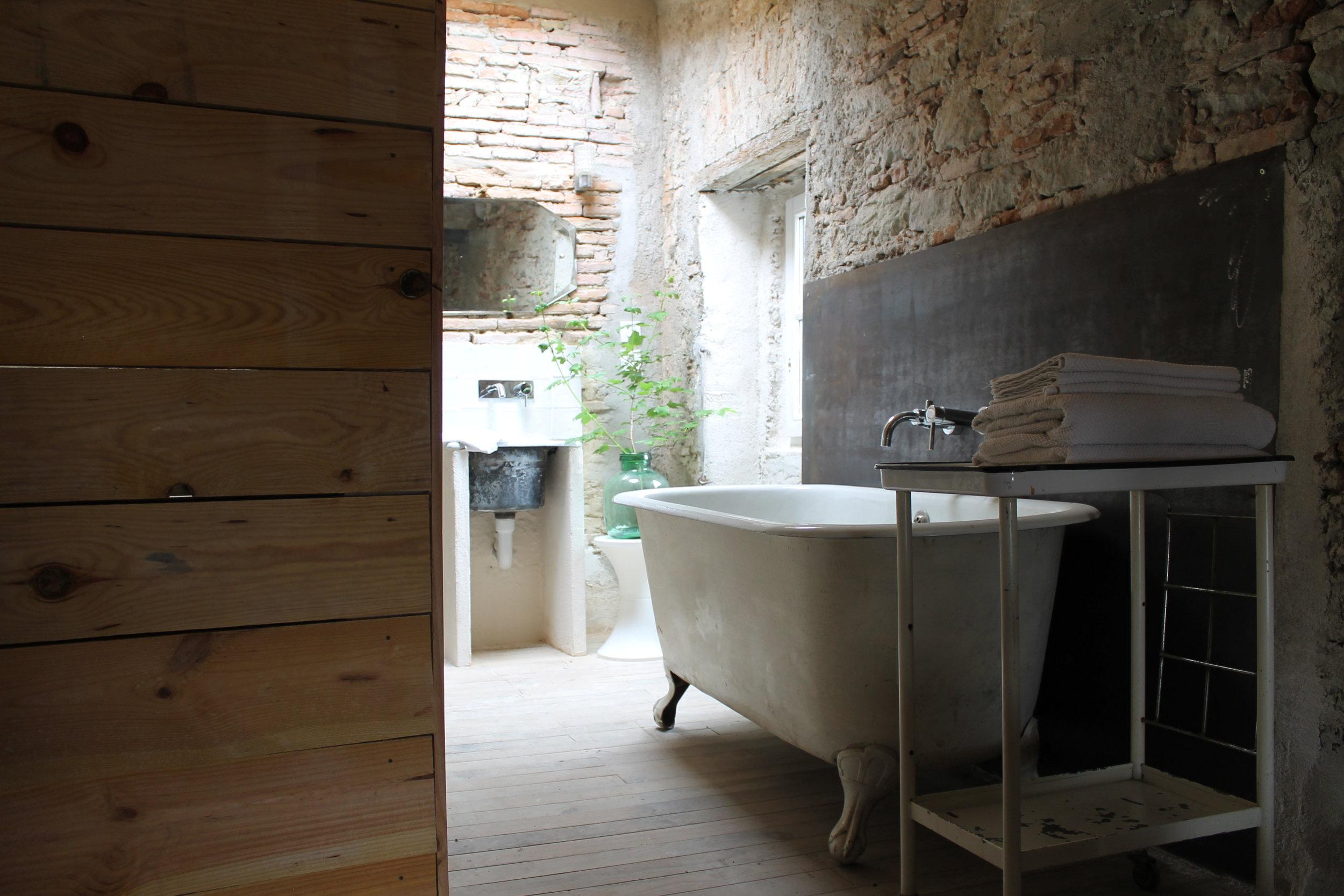 camellas-lloret-maison-d'hotes-room-5-bath.JPG