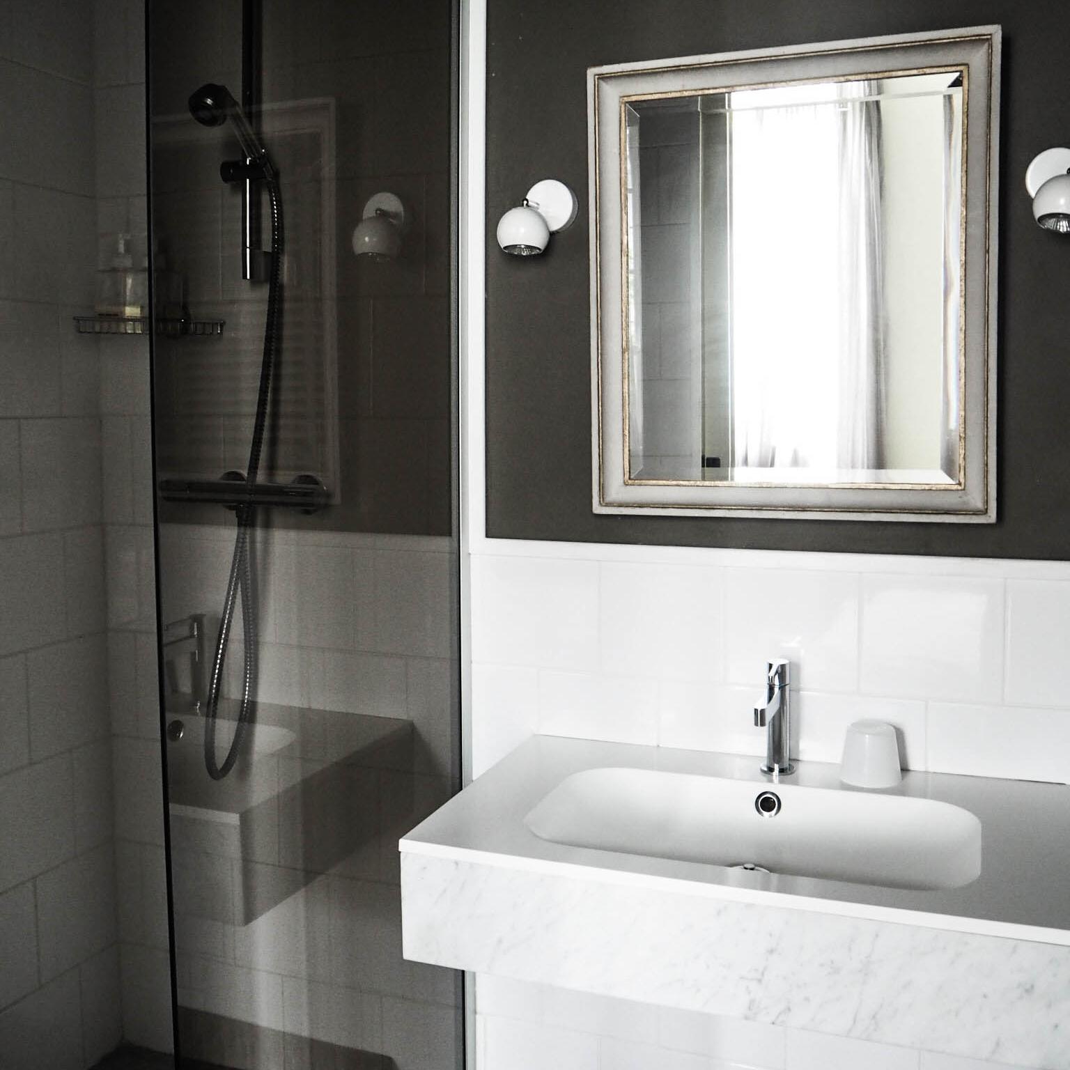 camellas-lloret-maison-d'hotes-room-1-bath.jpg
