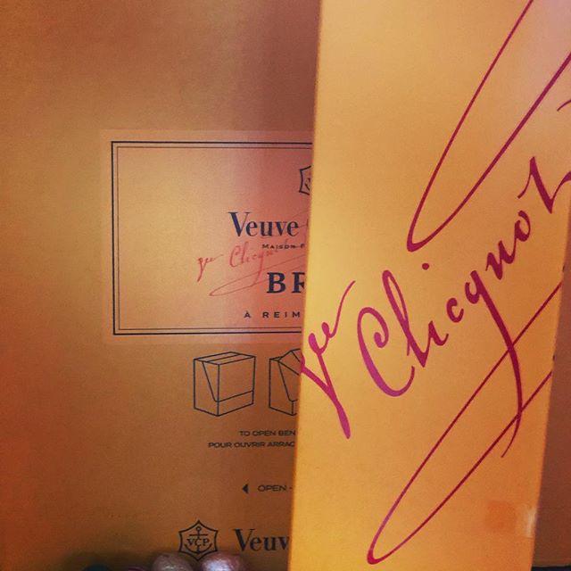 Paas jij de Veuve even door? #pasen #champagne  #veuveclicquot #paasbrunch #blijeimetchampieerbij #bubbels #verwennerij #hoorterbij