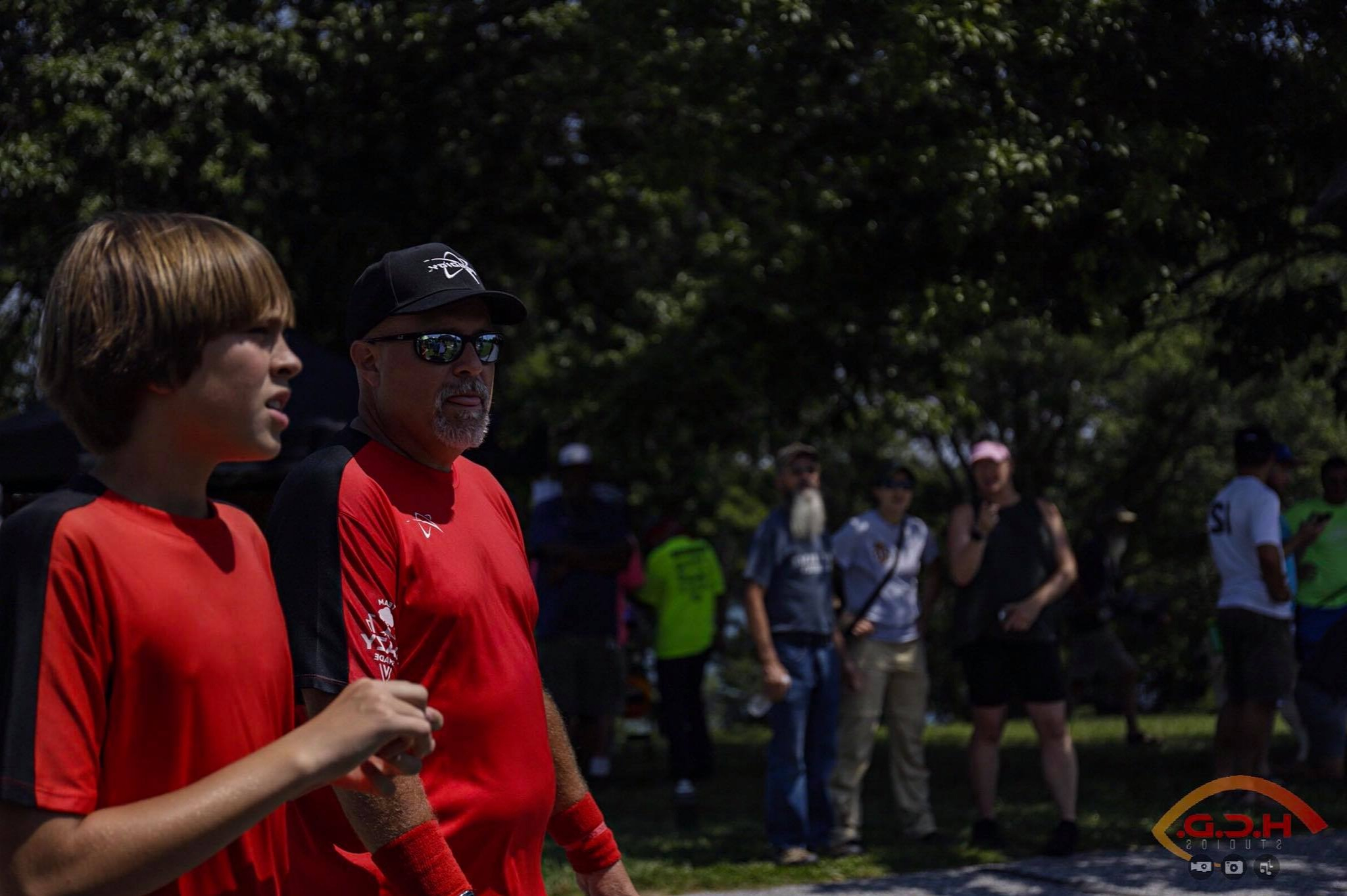 Billy Ray Osborn and his son, Adam, talk during the 2019 PDGA Amateur Disc Golf World Championships. Photo by Brian Potts.