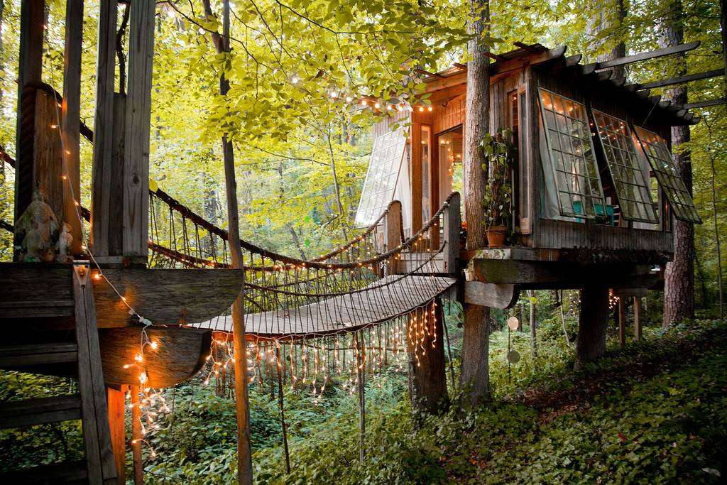 Melanie Sutrathada shares the coolest treehouses to rent on Airbnb including this beautiful secluded intown treehouse in Atlanta, Georgia..jpg