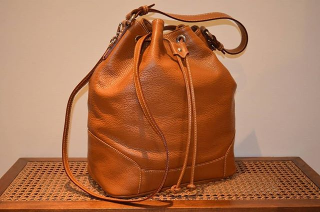 Tan bucket bag, crafted in soft textured-leather by Maxima Milano with all the features a daily bag shoulder have: a single roomy compartment, pockets, slots, and the unmistakable Italian style. Click link in bio to visit us  #leatherwork #italianstyle #luxury #bucketbag #shoulderbag #secchiello #handmade #timeless #madeinitaly #fineleathergoods #designer #italianhandbags #milano #milan #womensfashion #maxima #gift