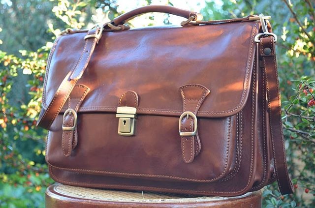 Our Italian briefcase is functional, versatile and elegant. You can carry different ways: throw it over your shoulder or wear it as a back-bag. Click link in bio to visit our shop.  #briefcase #mensbag #businessbag #leatherwork #craftsmanship #handmade #vegtanned #madeinitaly #fineleathergoods #italianhandbags #firenze #tuscany #florence