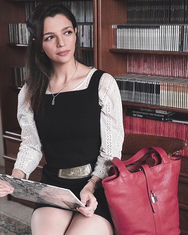 Shades of Milan bring distinction and style to your outfit. Italian leather bucket bag by Máxima Milano 👜🇮🇹 . . #bucketbag #shoulderbag #secchiello #handmade #vegtanned #madeinitaly #italianhandbags #designerhandbags