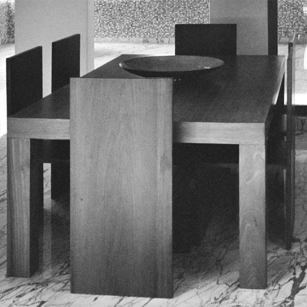 Dining table and chairs in reclaimed teak wood. Stainless steel centerpiece bowl.   Esstisch und Stühle aus gebrauchtem Teakholz. Stahlschüssel.
