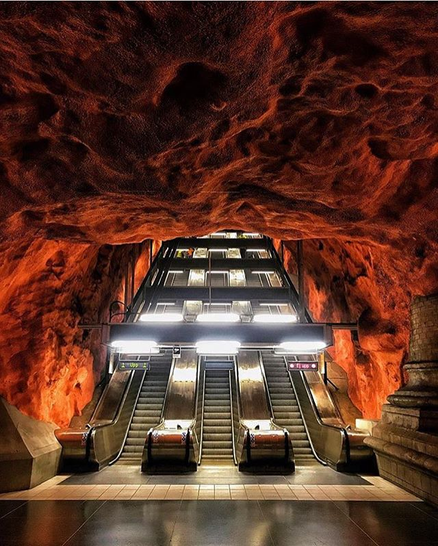 This metro station uses organic architecture, meaning the bedrock is exposed and gives off a 🔥 appearance. 📸: @felecool 📍: Stockholm, Sweden