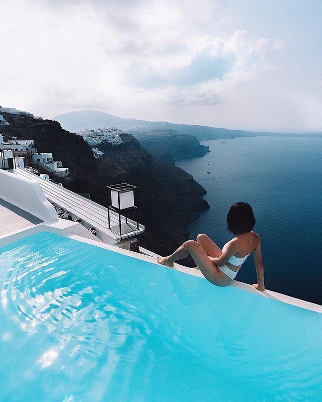 Living on the edge in Oía 📸@lichipan 📍Santorini, Greece