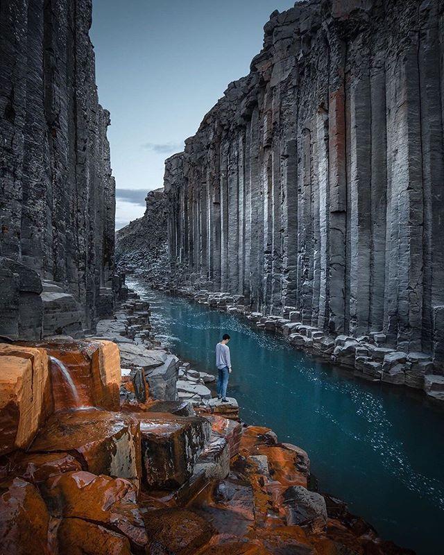 Summertime explorations of Stuðlagil Canyon 📸@jordhammond 📍Iceland