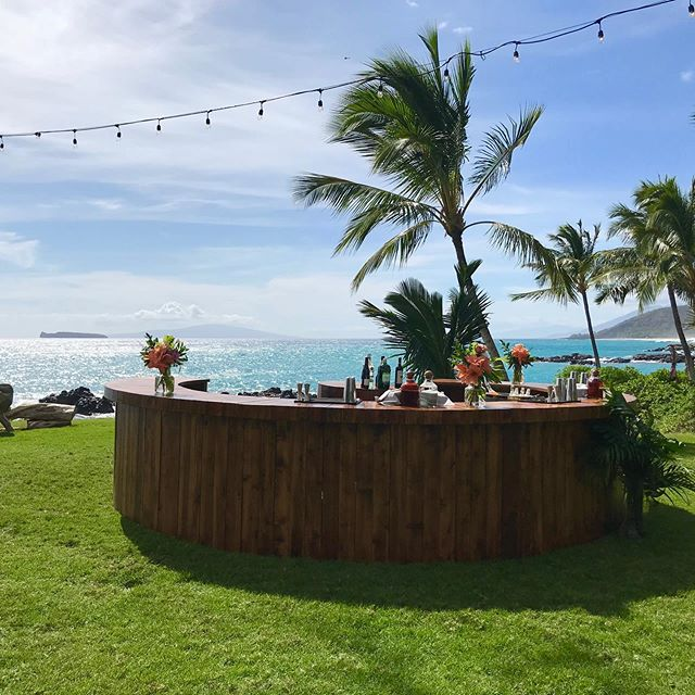 🥃 This killer bar from @artisan.events.maui  These amazing bartenders from @garnishcraftcocktails  #extraordinarymauiweddings  #bestdayever  #mauibeachwedding  #destinationwedding  #mauiwedding #mauiweddingvenue