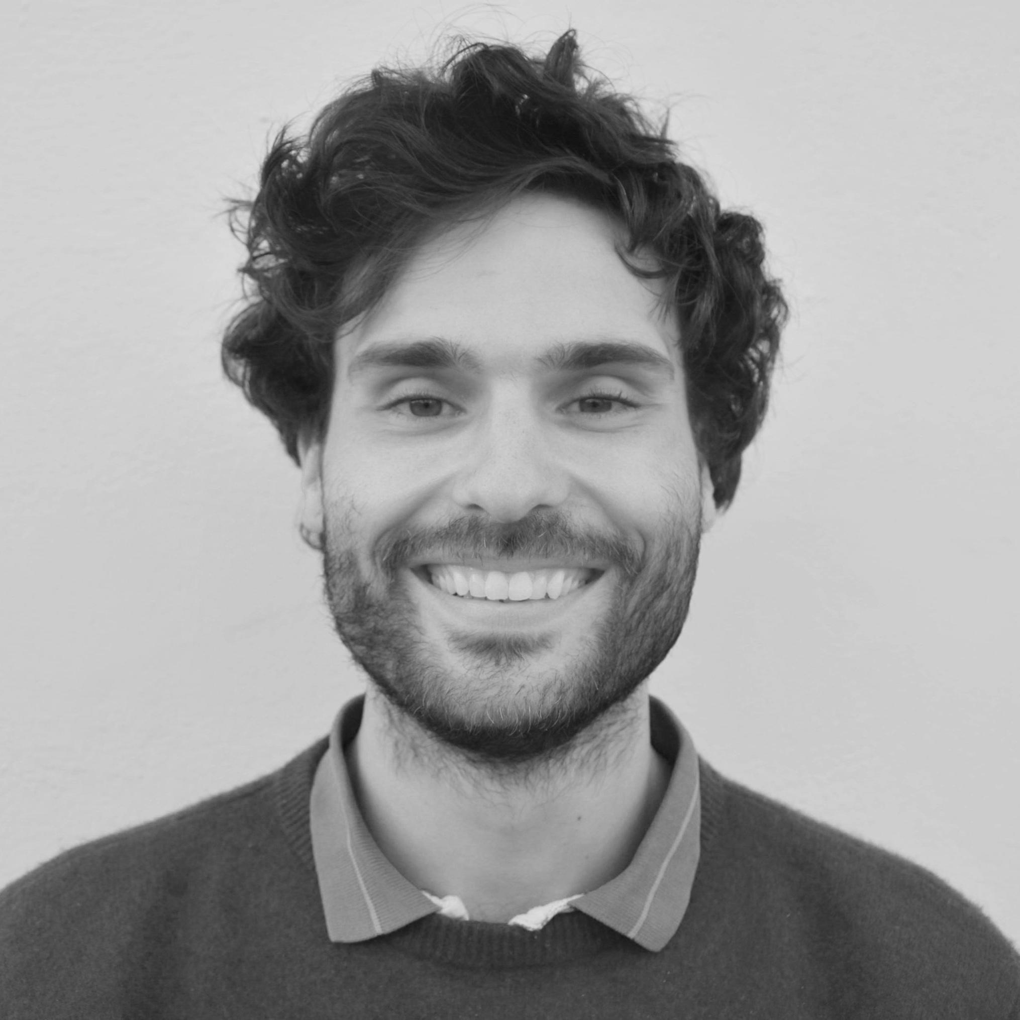 Theo Di Castri   Theo es el director fundador de Catalizador. Un graduado del Colegio del Mundo Unido Mahindra de la India, tiene una licenciatura en Neurociencia y Literatura Comparada en la Universidad de Columbia y una maestría en Historia y Filosofía de la Ciencia en la Universidad de Cambridge. Sus intereses incluyen la investigación enfocada en la interacción entre la psiquiatría, las neurociencias, las políticas de drogas y la historia del placer. Theo ha trabajado como facilitador para un programa de radio para jóvenes y como educador en un programa de horario postescolar en Nueva York. Actualmente, radica en la Ciudad de México.