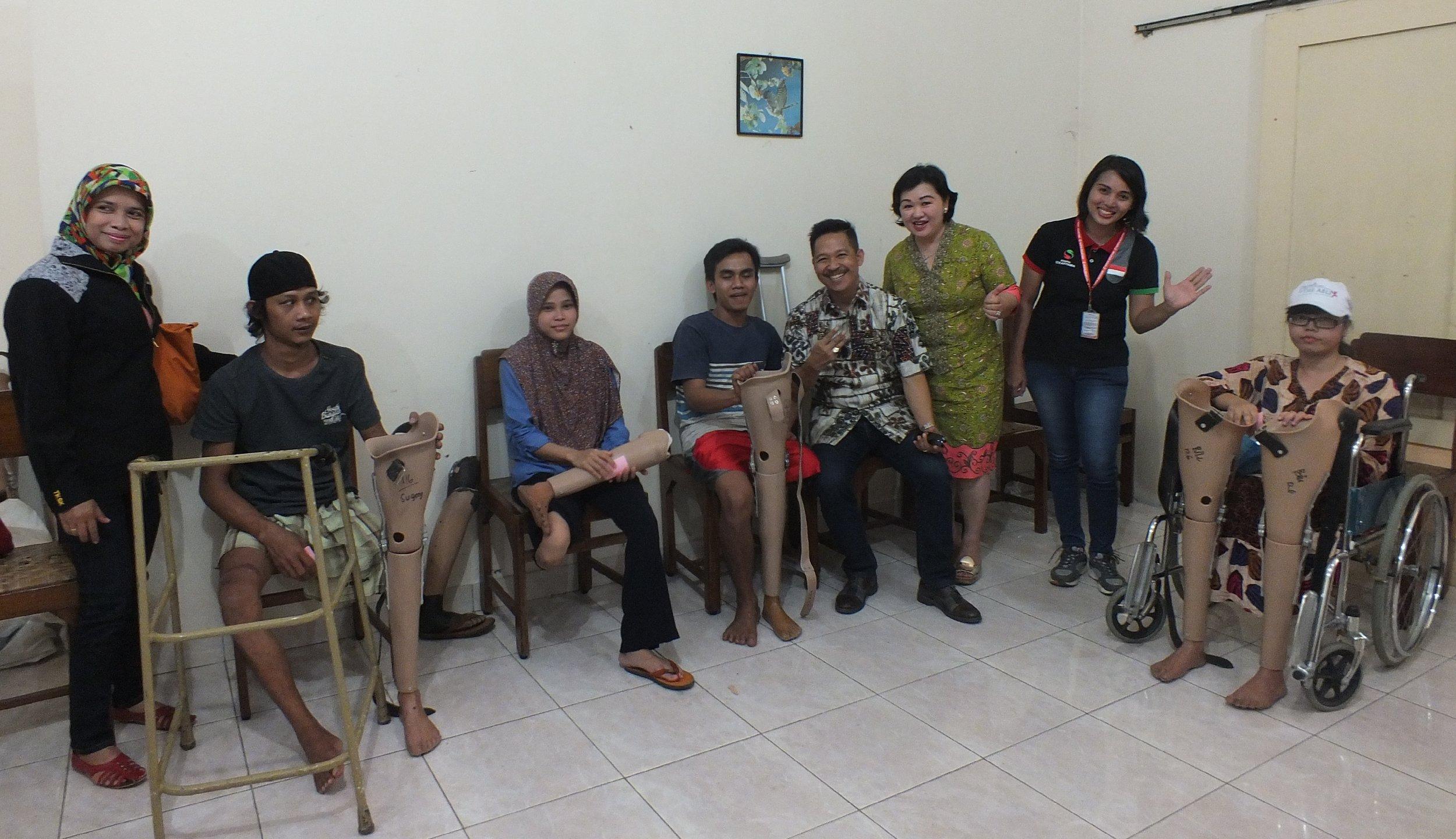 Bapak Kristian bersama Ibu Farida, disela-sela kesibukannya, beliau setia mendampingi peserta penerima pemasangan kaki palsu di Jogjakarta (19/10/2016)