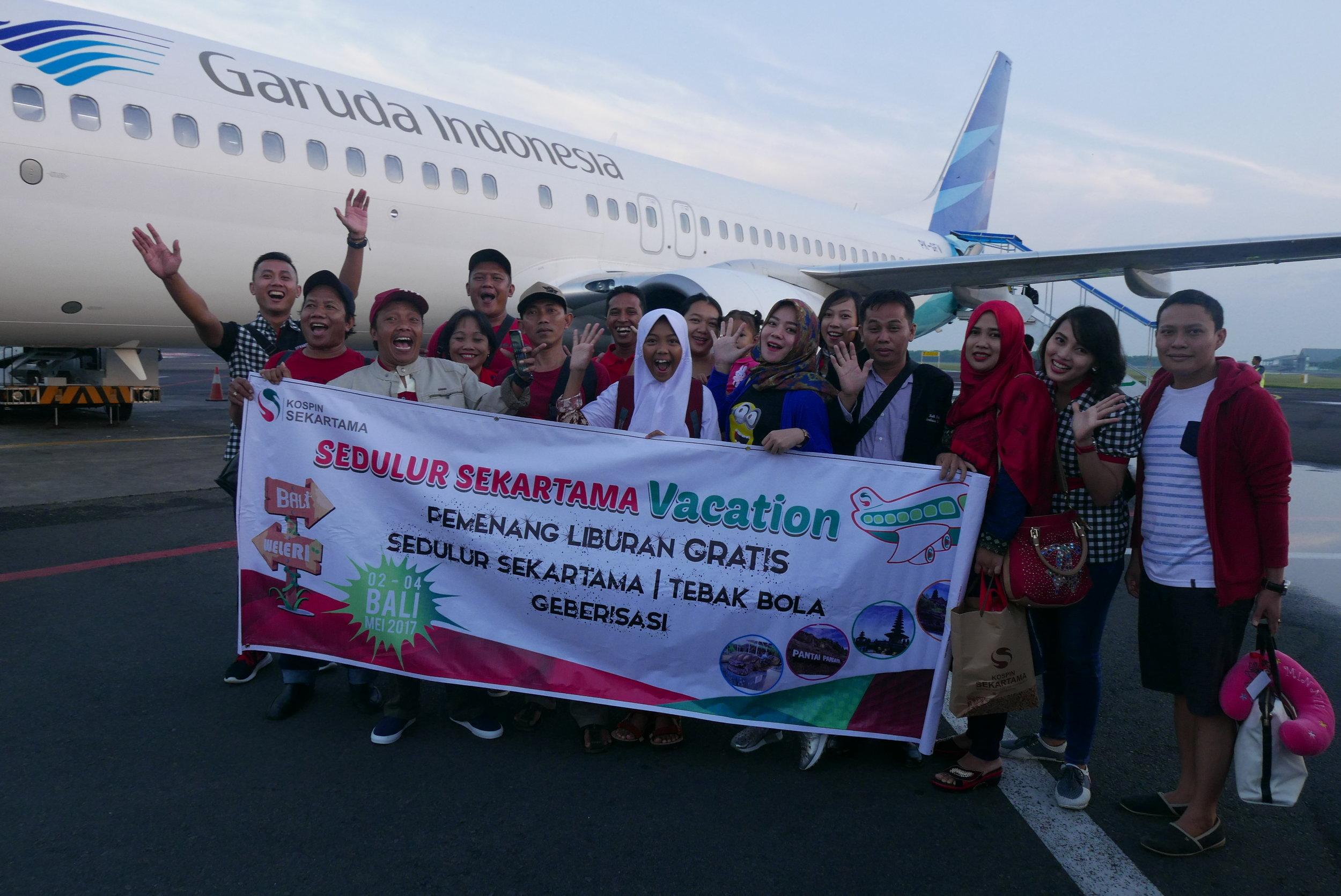 Peserta Liburan Gratis ke Bali berfoto bersama,sesaat sebelum lepas landas menuju pulau Dewata Bali, di bandara Ahmad Yani - Semarang 2 Mai 2017 (dok.istimewa)