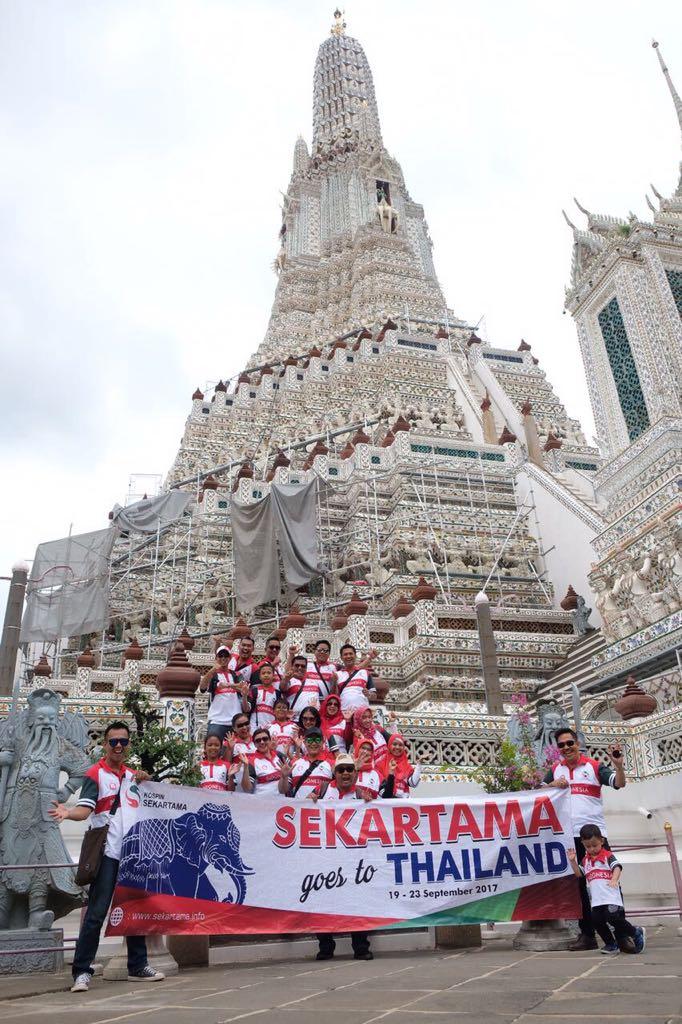 Pengurus dan Leader Kospin Sekartama beserta keluarga berpose di Wat Arun, Candi Fajar Bangkok 19 - 23 September 2017 yang lalu
